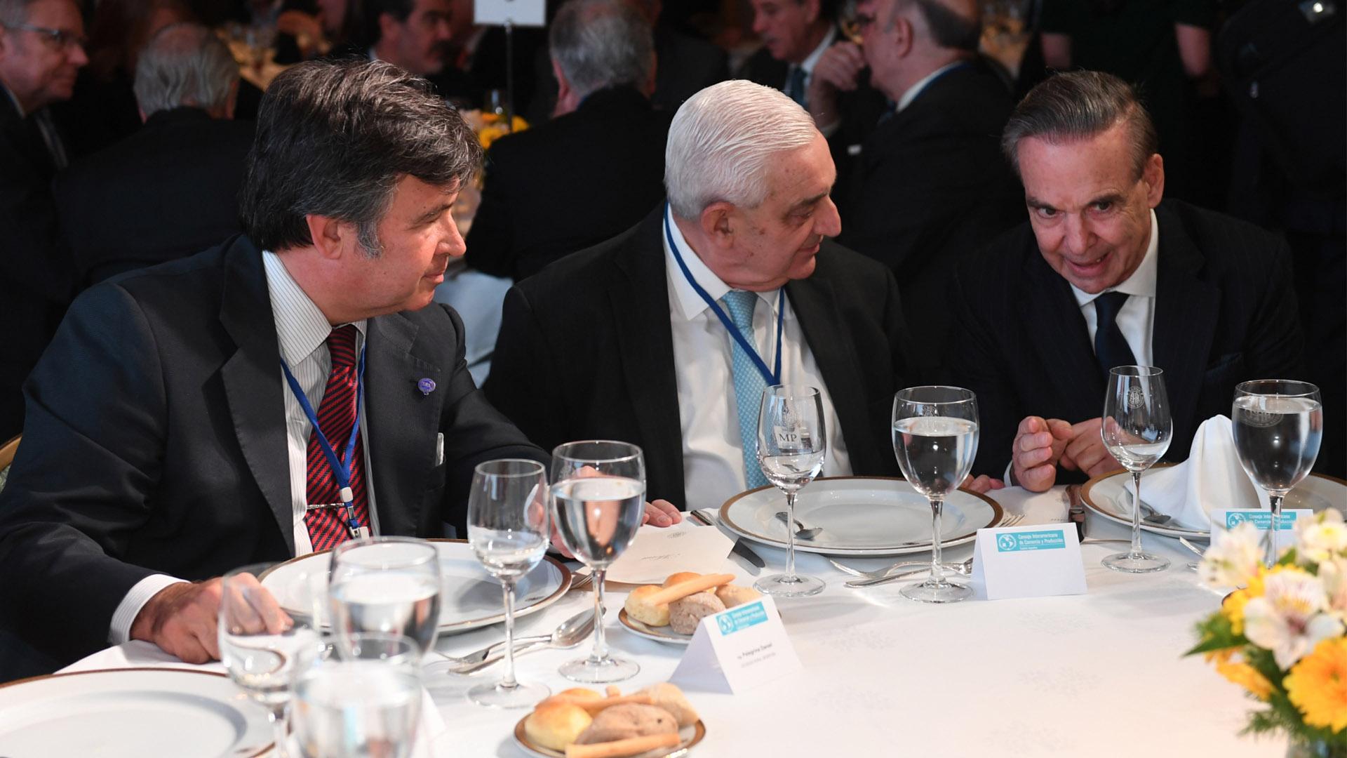 Daniel Pellegrina, titular de la Sociedad Rural Argentina, Adelmo Gabbi, de la Bolsa de Comercio, y el senador Migue Ángel Pichetto