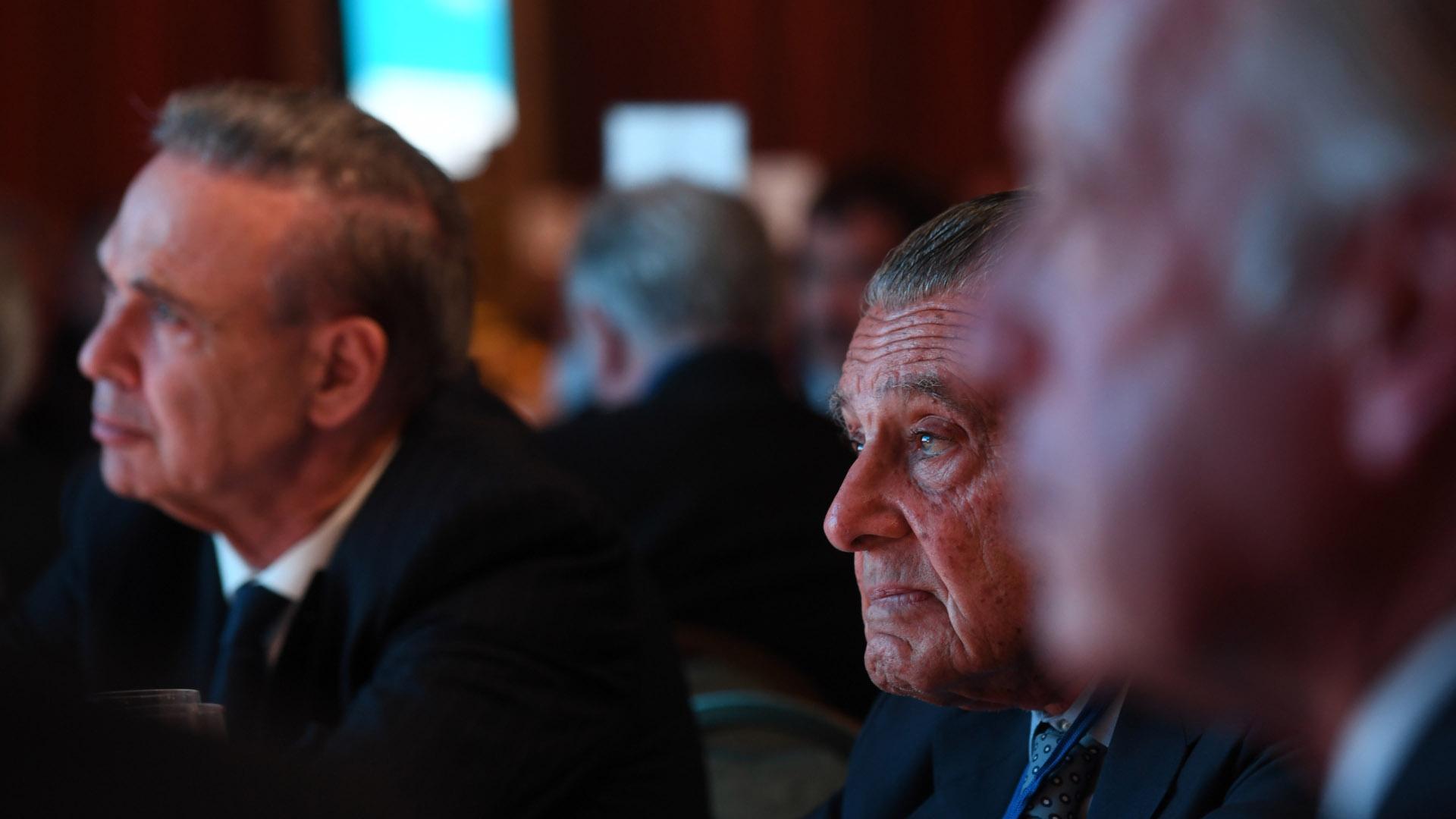 El senador Miguel Ángel Pichetto junto al presidente de Corporación América