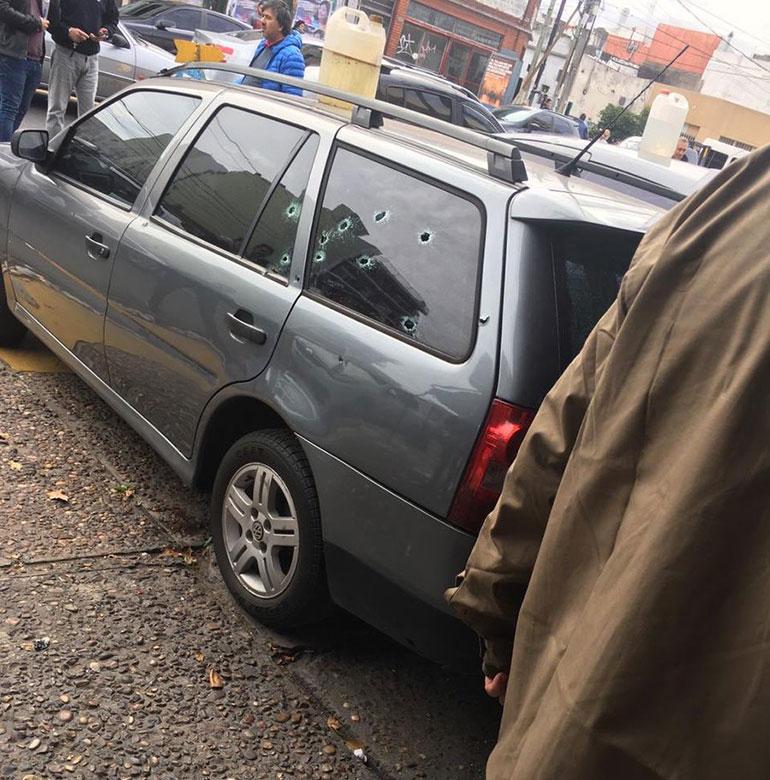 Impactos de bala en un auto estacionado (@SalernoCarlos)