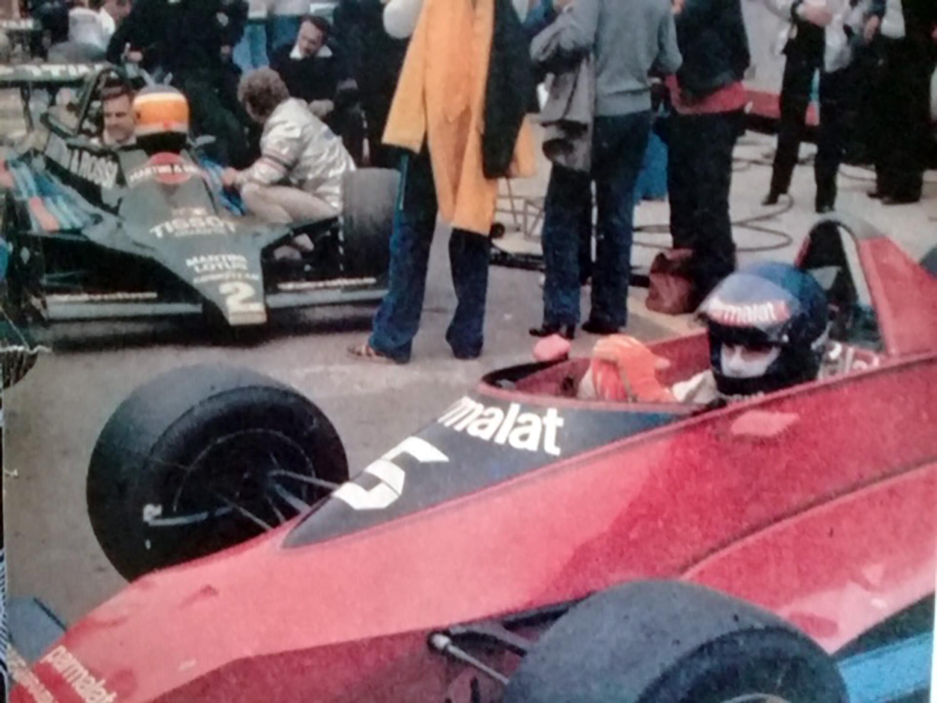 """Niki y """"Lole"""" Reutemann (izquierda) y Zunino (derecha), con el auto que dejó vacante Lauda, en Argentina en 1978"""