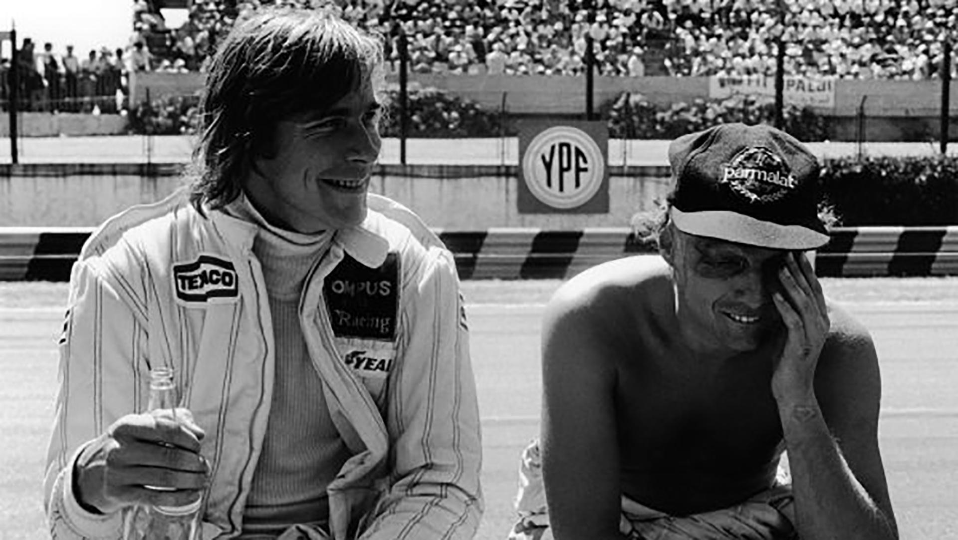 James Hunt (Wolf WR7-Ford) y Niki Lauda (Brabham BT48-Alfa), ambos retirado, bromean en el autódromo de Buenos Aires, Argentina,en1979World Copyright: LAT Photographic
