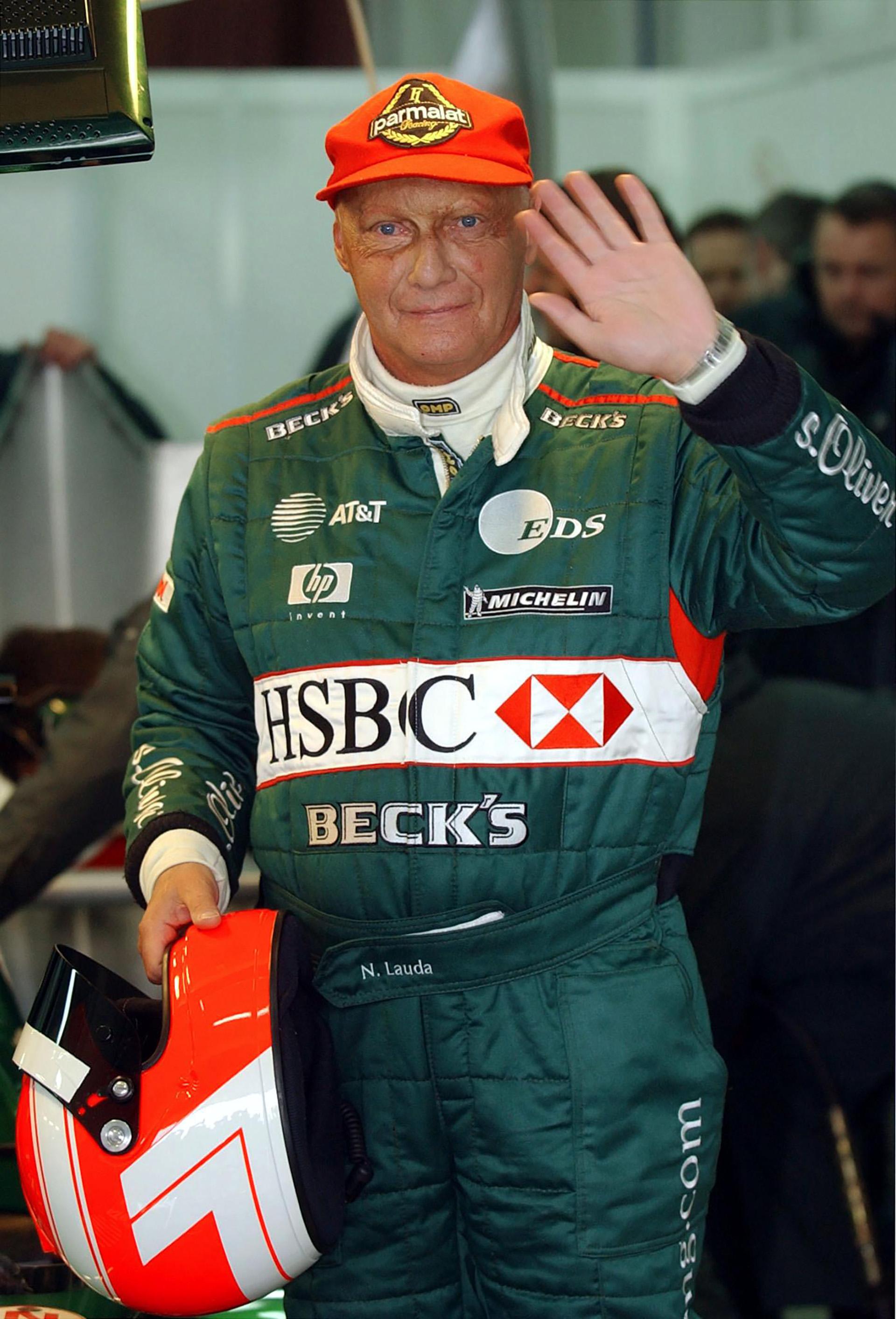 13 de enero de 2002, Niki Lauda saluda después de probar la Fórmula 1 del Jaguar R2 en el hipódromo de Valencia