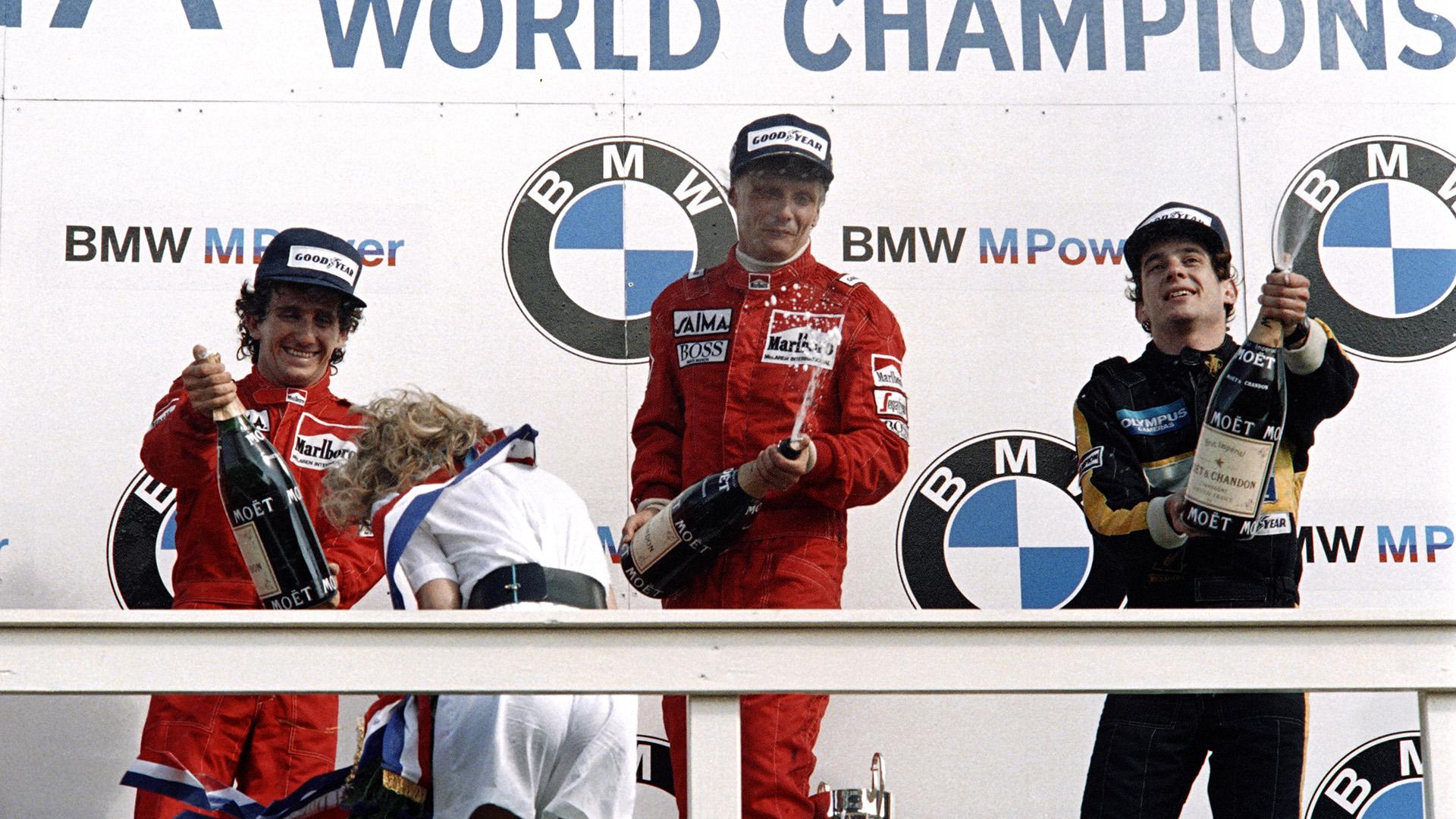 25 de agosto de 1985. Niki Lauda celebra el título mundial tras ganar el Gran Premio de Fórmula 1 de Holanda en Zandvoort, con su compañero de equipo de McLaren, el piloto francés Alain Prost y el brasileño Ayrton Senna (Lotus)