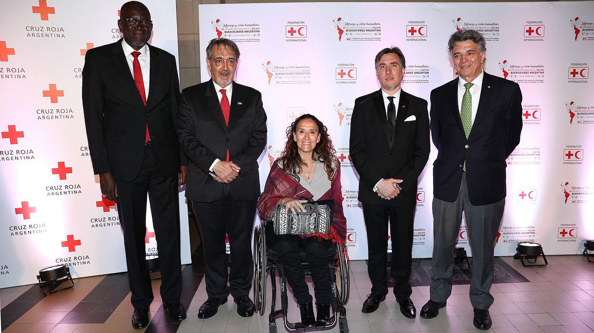 La vicepresidente Gabriela Michetti junto a los directivos de la Cruz Roja