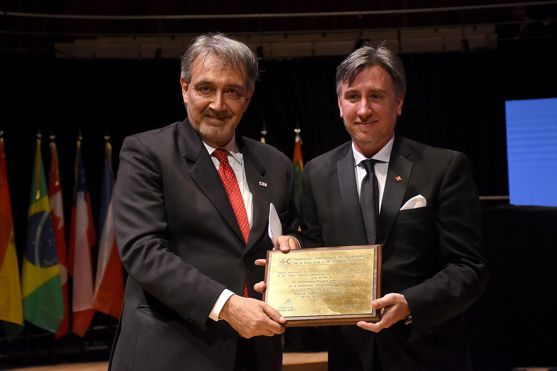 La entrega de una placa conmemorativa a Diego Tipping, presidente de Cruz Roja Argentina