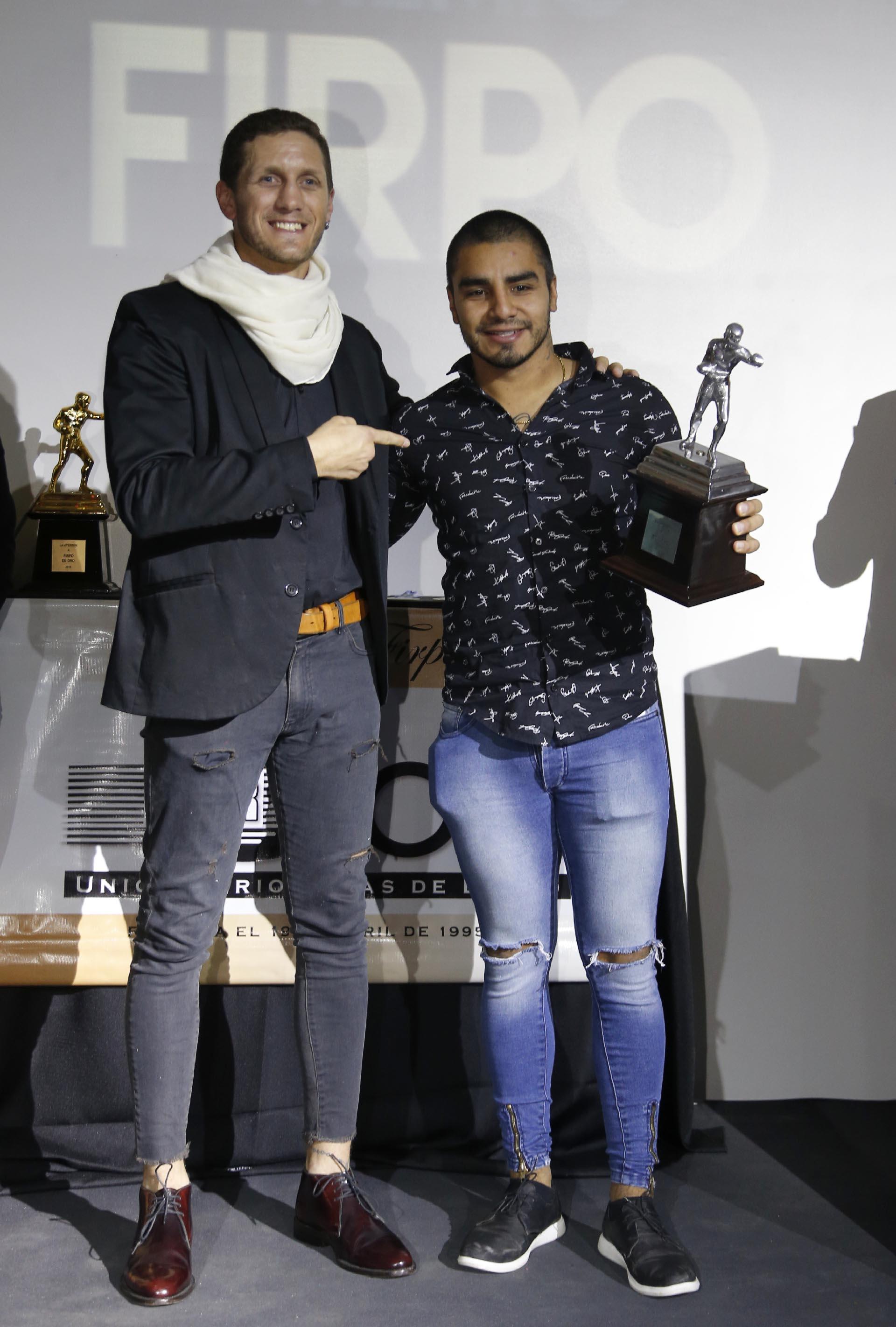 """Sebastián Aguirre con su premio por el KO al """"Principito"""" Coggi"""