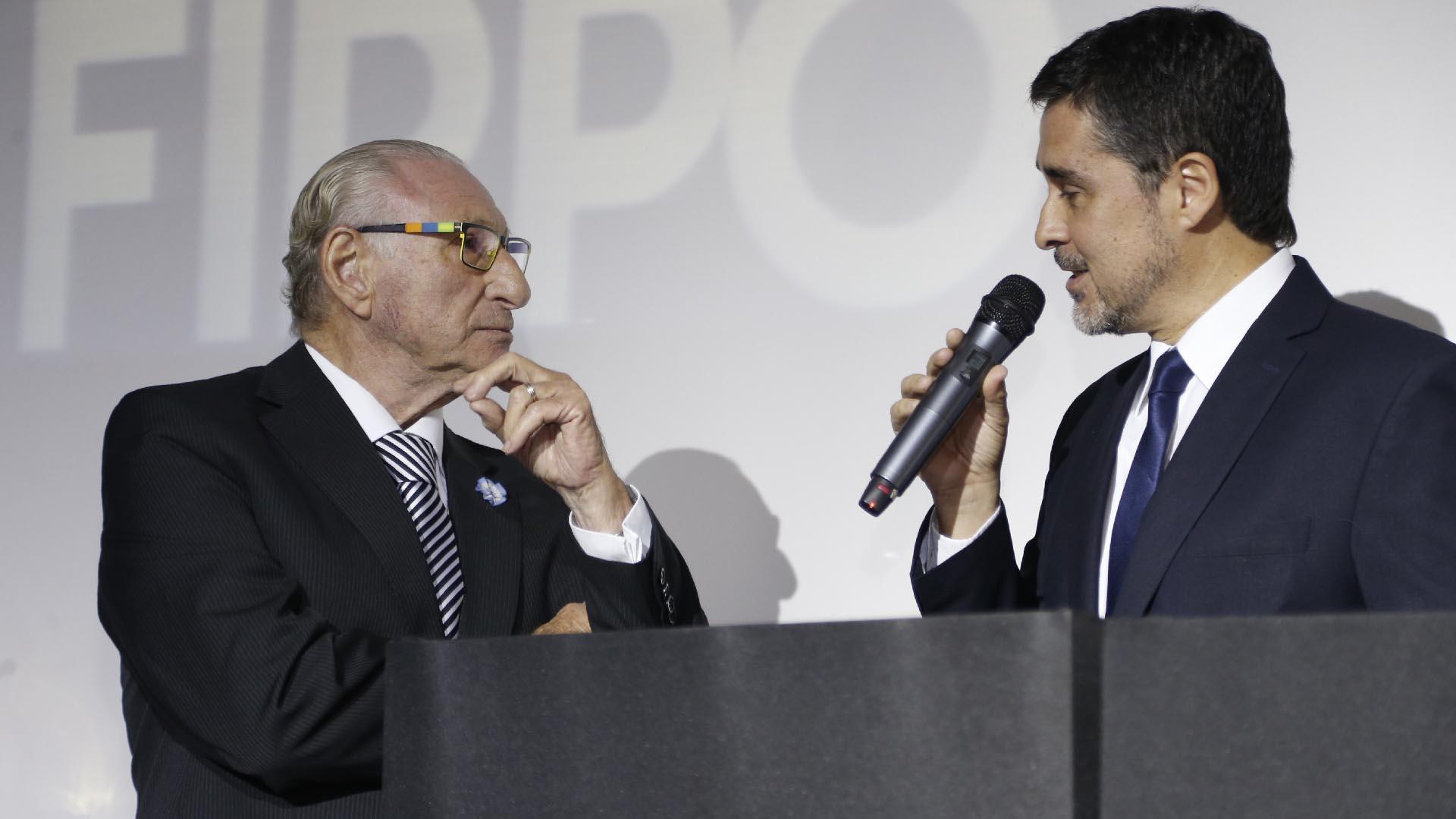 El especialista Ernesto Cherquis Bialo con Marcelo González, conductor de la gala