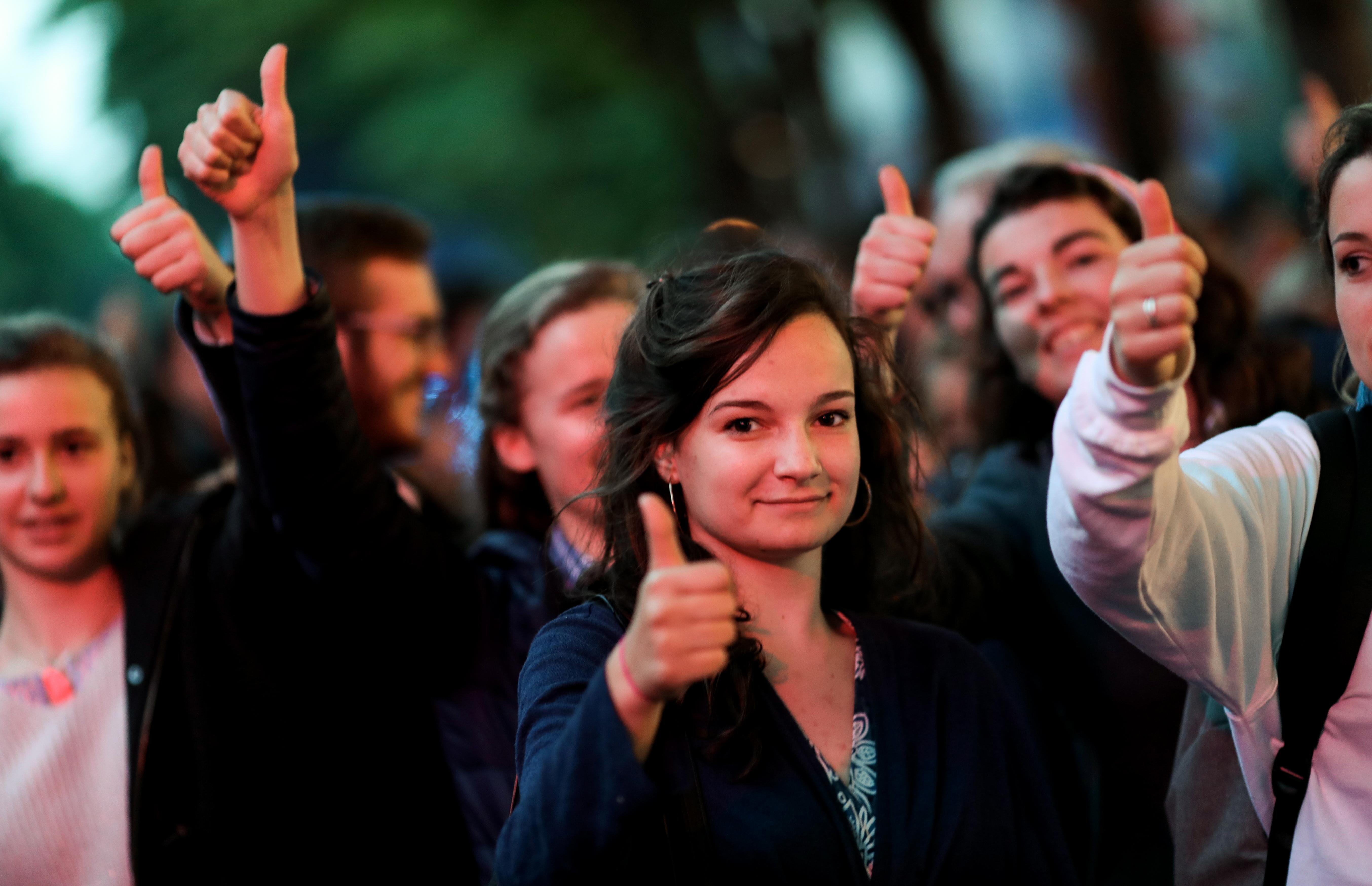 Una multitud celebró la decisión judicial y tomó como símbolo el pulgar hacia arriba, gesto utilizado en las luchas romanas para decidir el destino de los gladiadores (AFP)