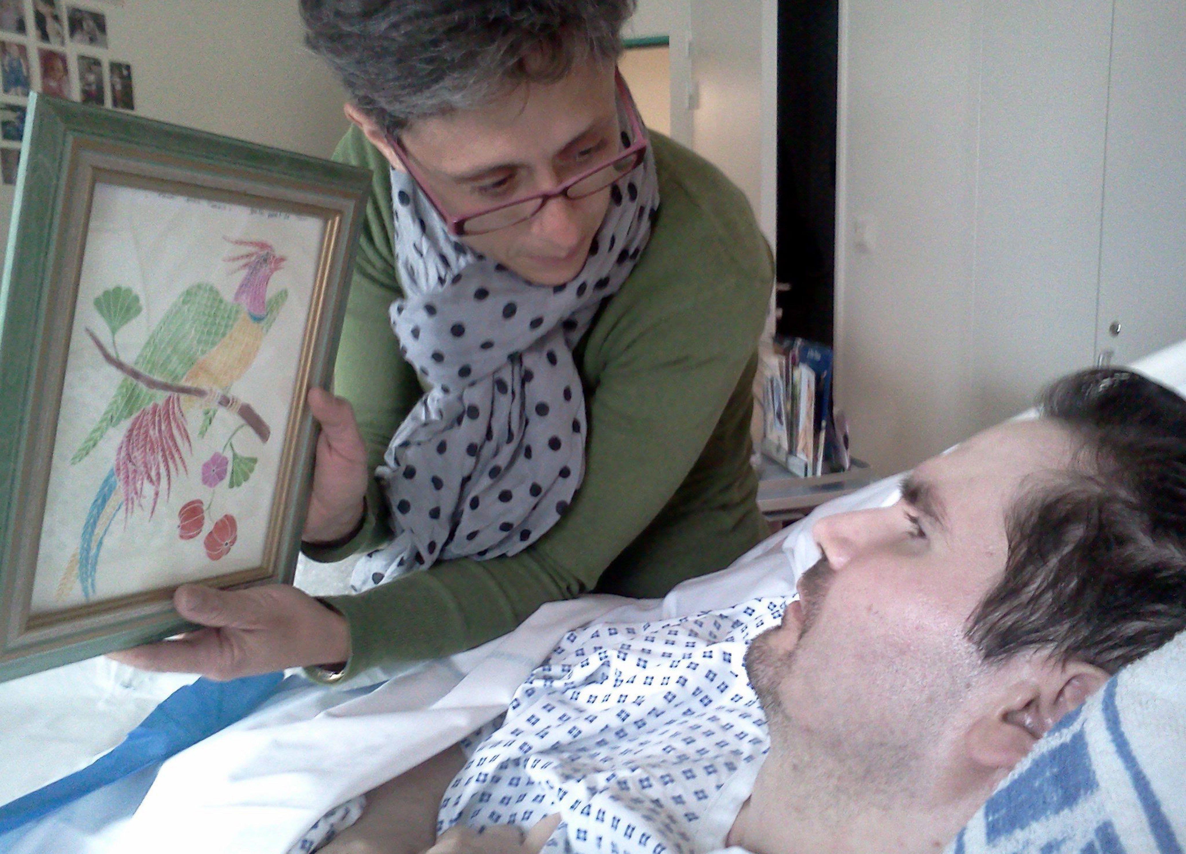 Foto de archivo de Vincent Lambert, en estado vegetativo desde 2008, con su madre Viviane en un hospital de Reims (Francia), el 25 de julio de 2013 (EFE)