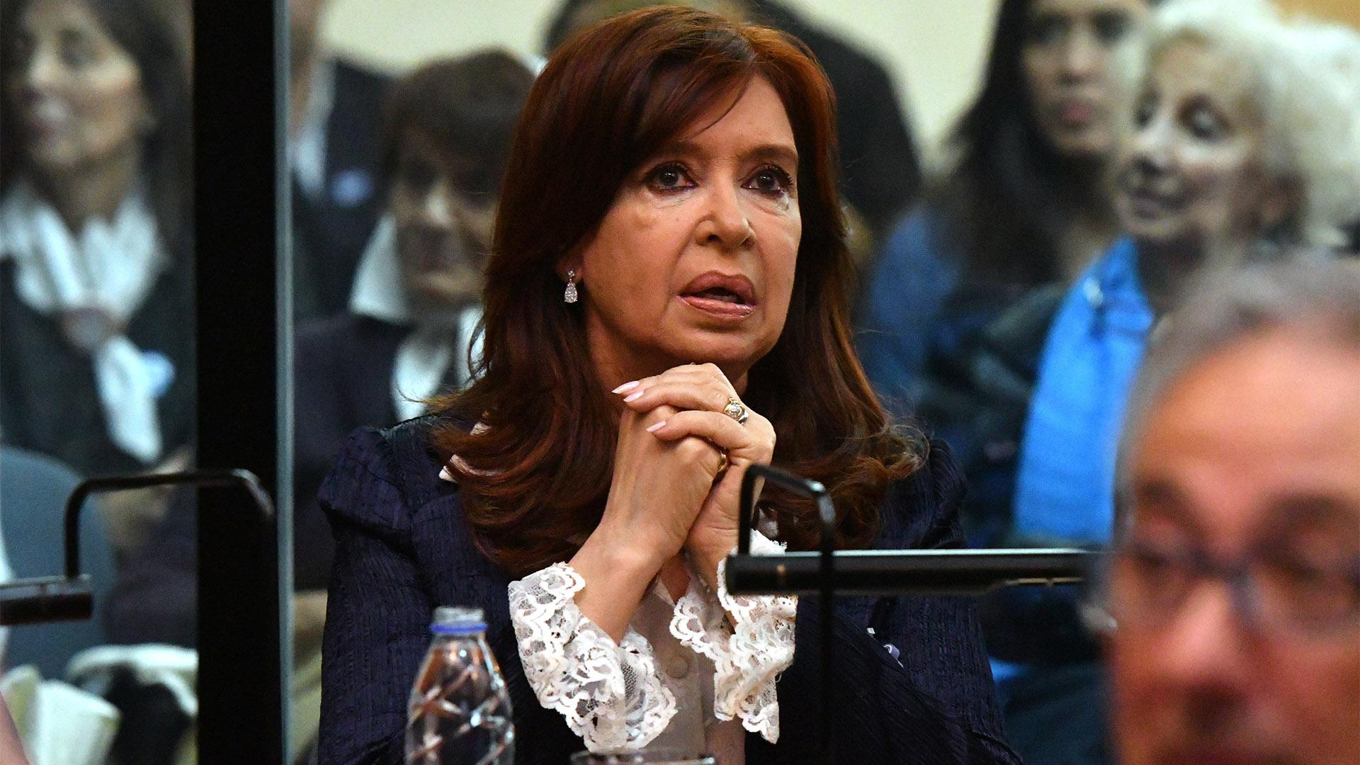 Cristina Kirchner se sentó en la última fila de la sala, junto a su abogado Carlos Beraldi