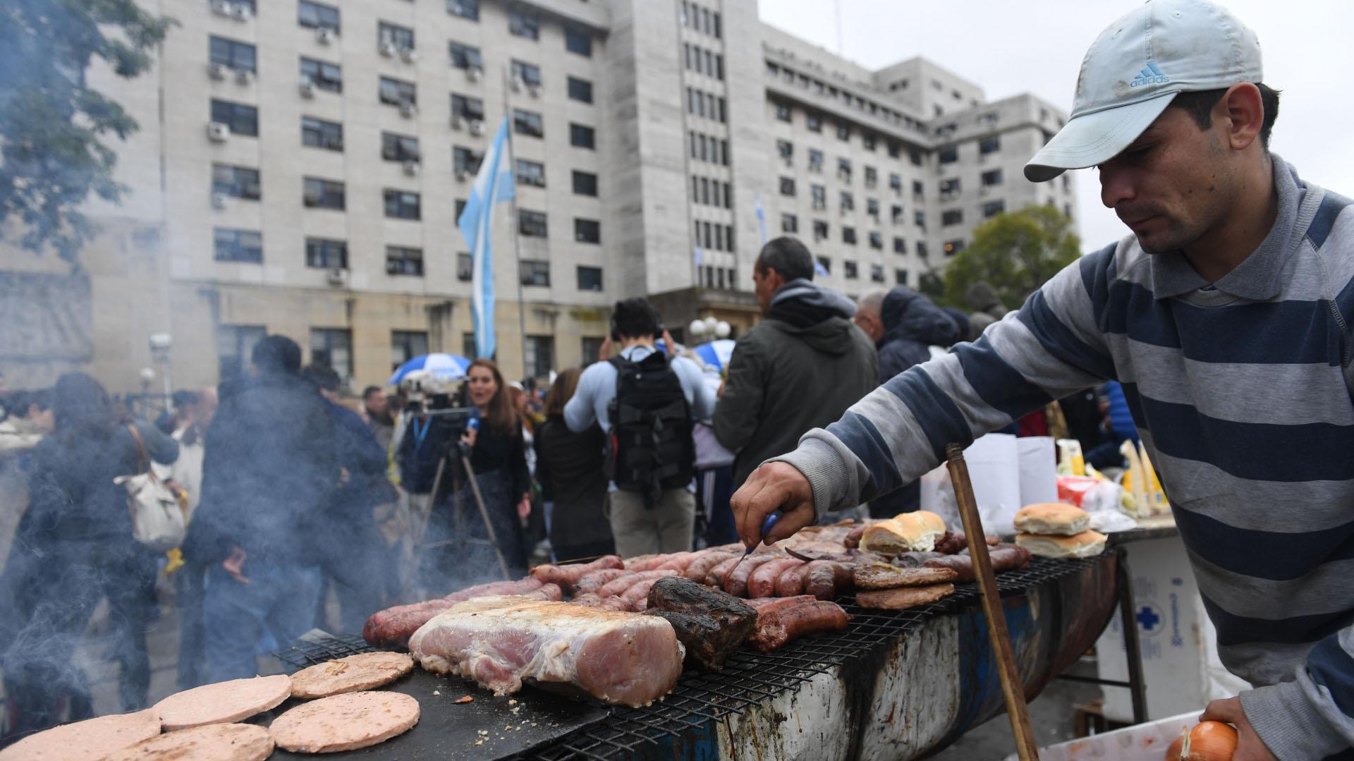 Choripanes y hamburguesas para amortiguar el frío en Retiro