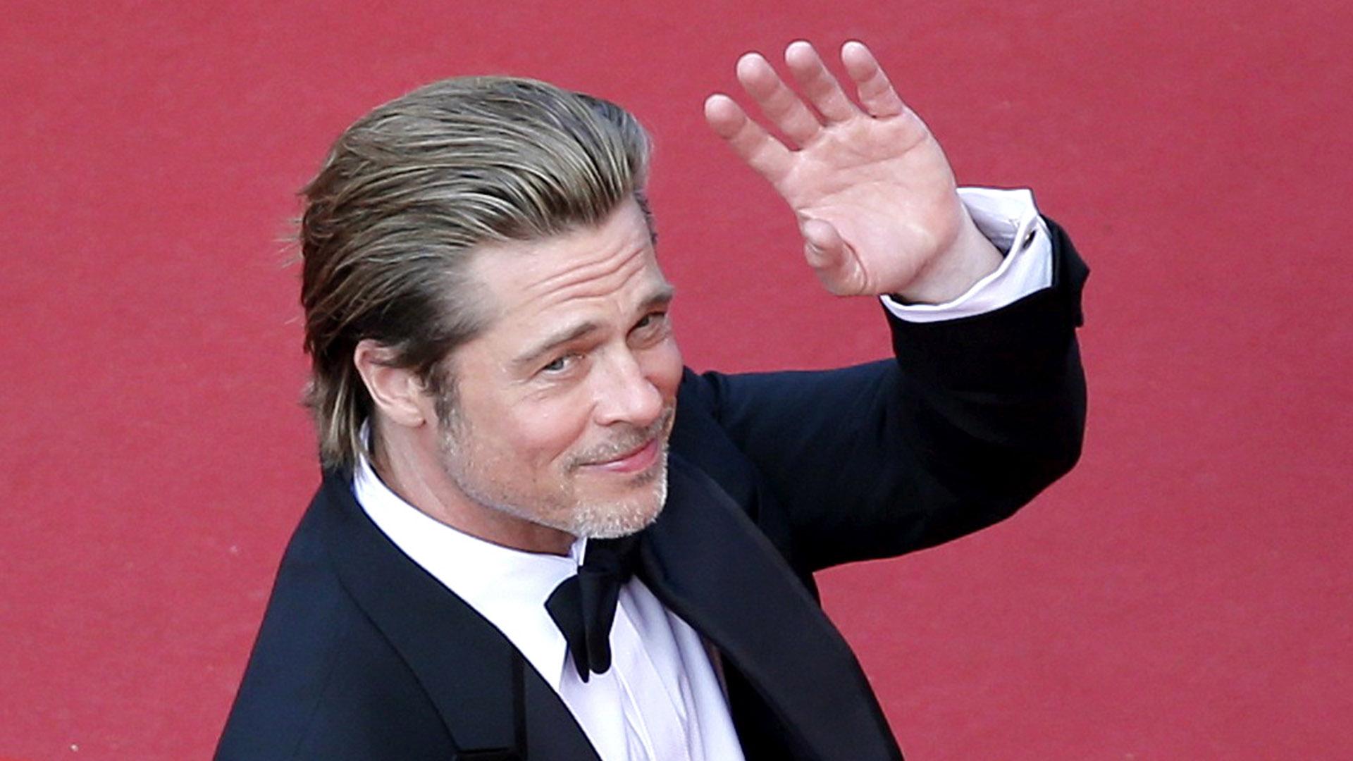 Brad Pitt, de 55 años, se tomó fotos y filmó autógrafos a sus admiradores(Reuters)