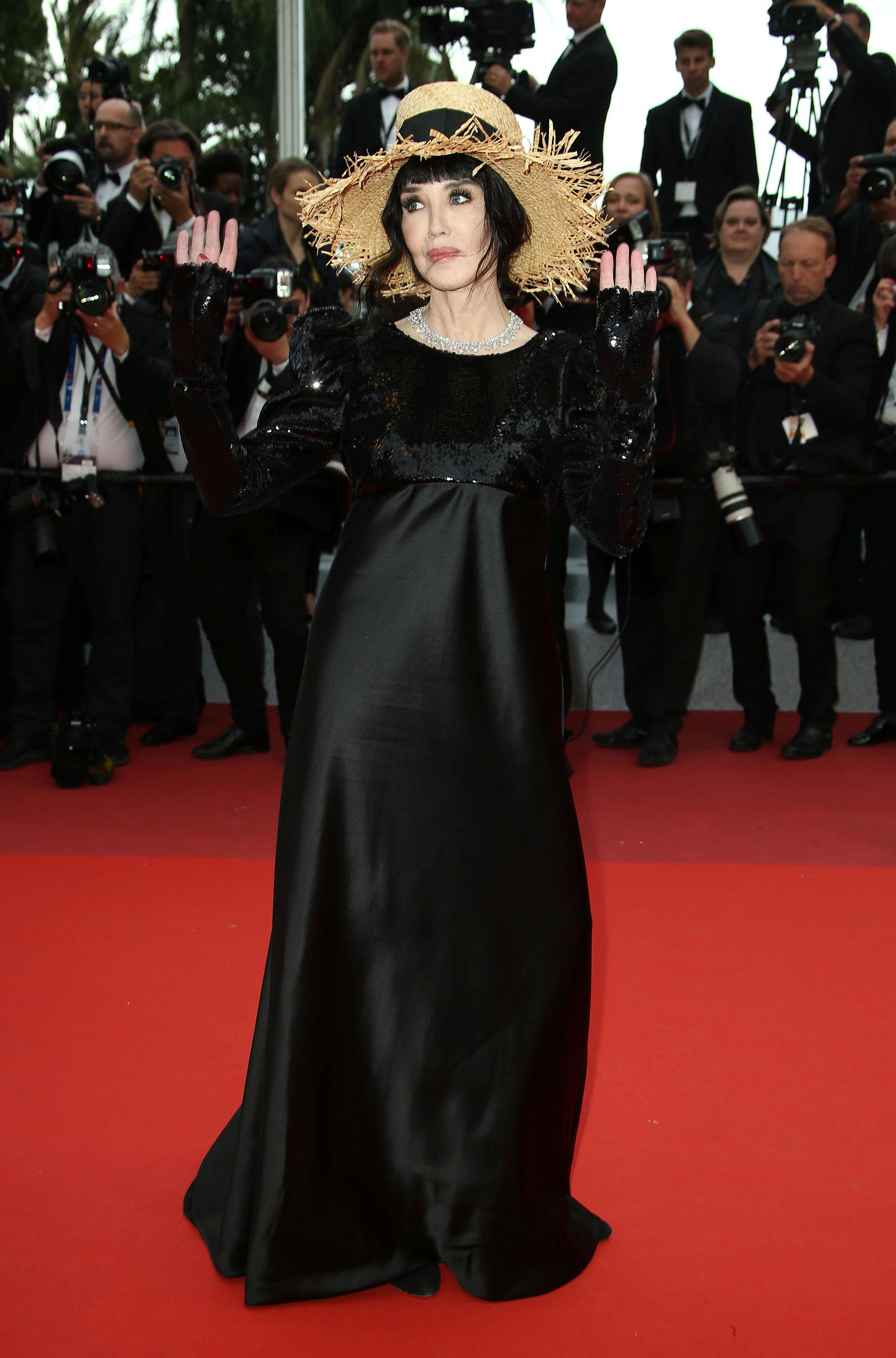 Isabelle Adjani, asistente al festival a la premiere del film 'La Belle Epoque',fue a lo seguro y eligió el color negro, pero su sombrero de paja opacó su vestido con mangas de lentejuelas y collar de brillantes