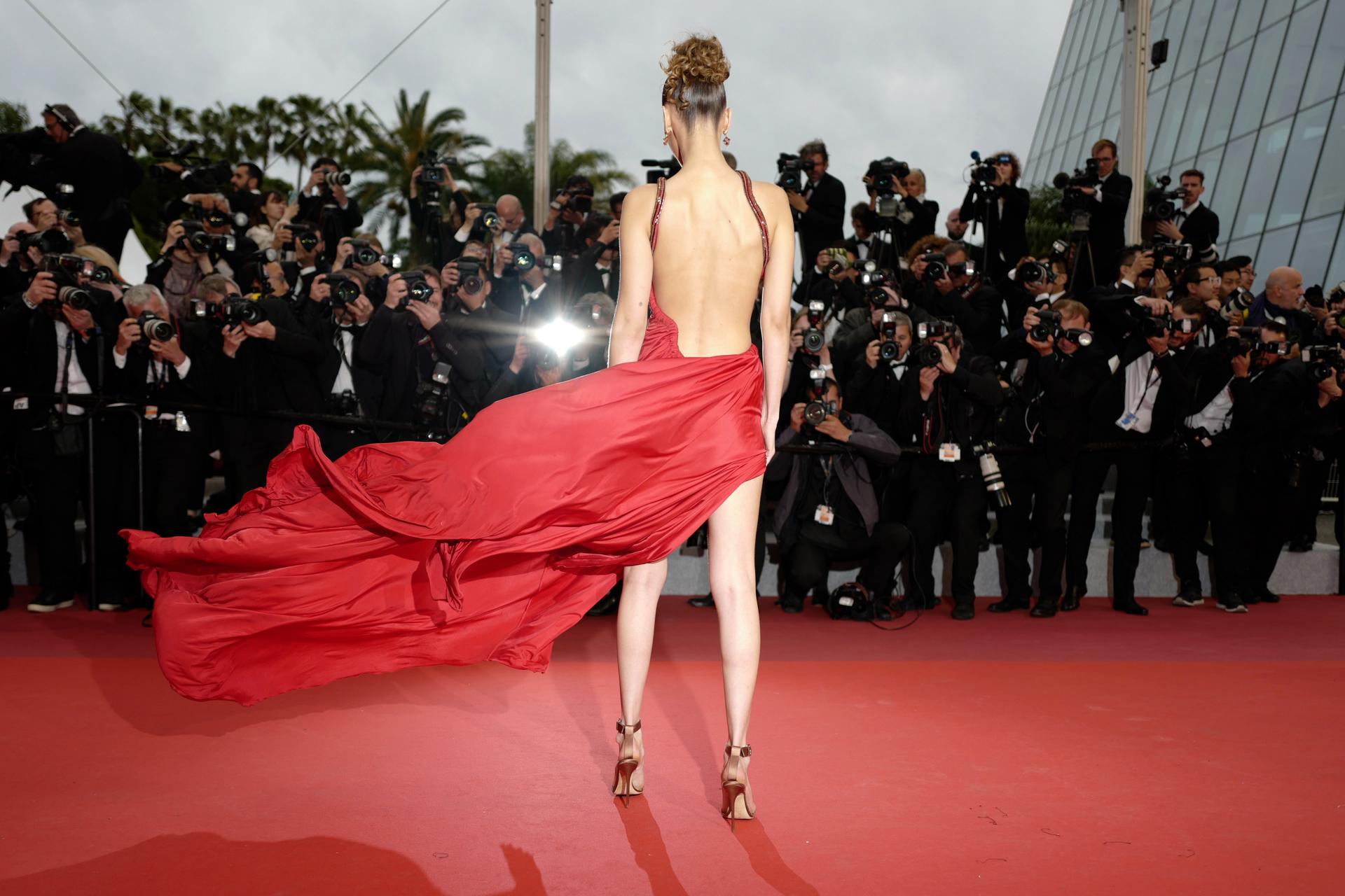 La espalda del vestido de Bella Hadid. Completó el look con sandalias en color bronce
