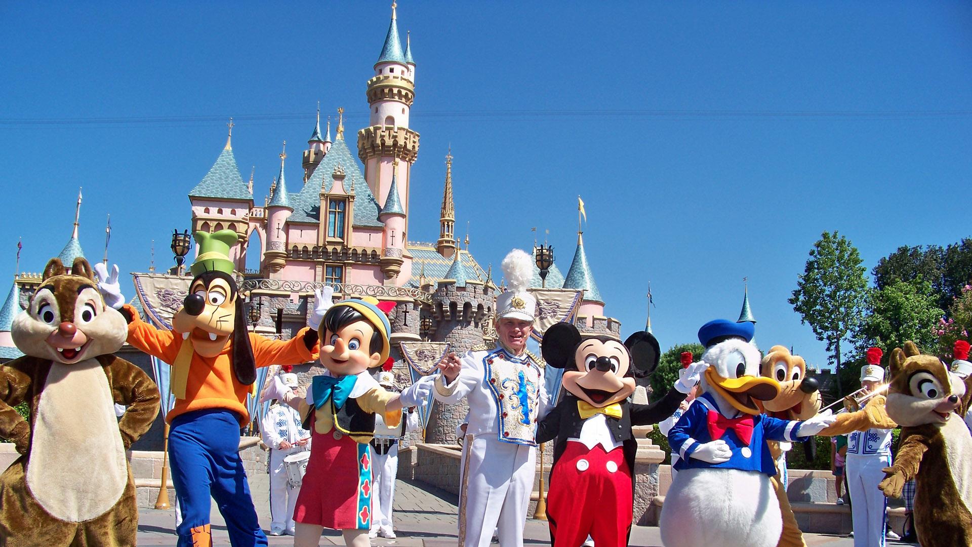 Disneyland Park fue creado en el año 1955, actualmente cuenta con 57 atracciones y espectáculos de todo tipo