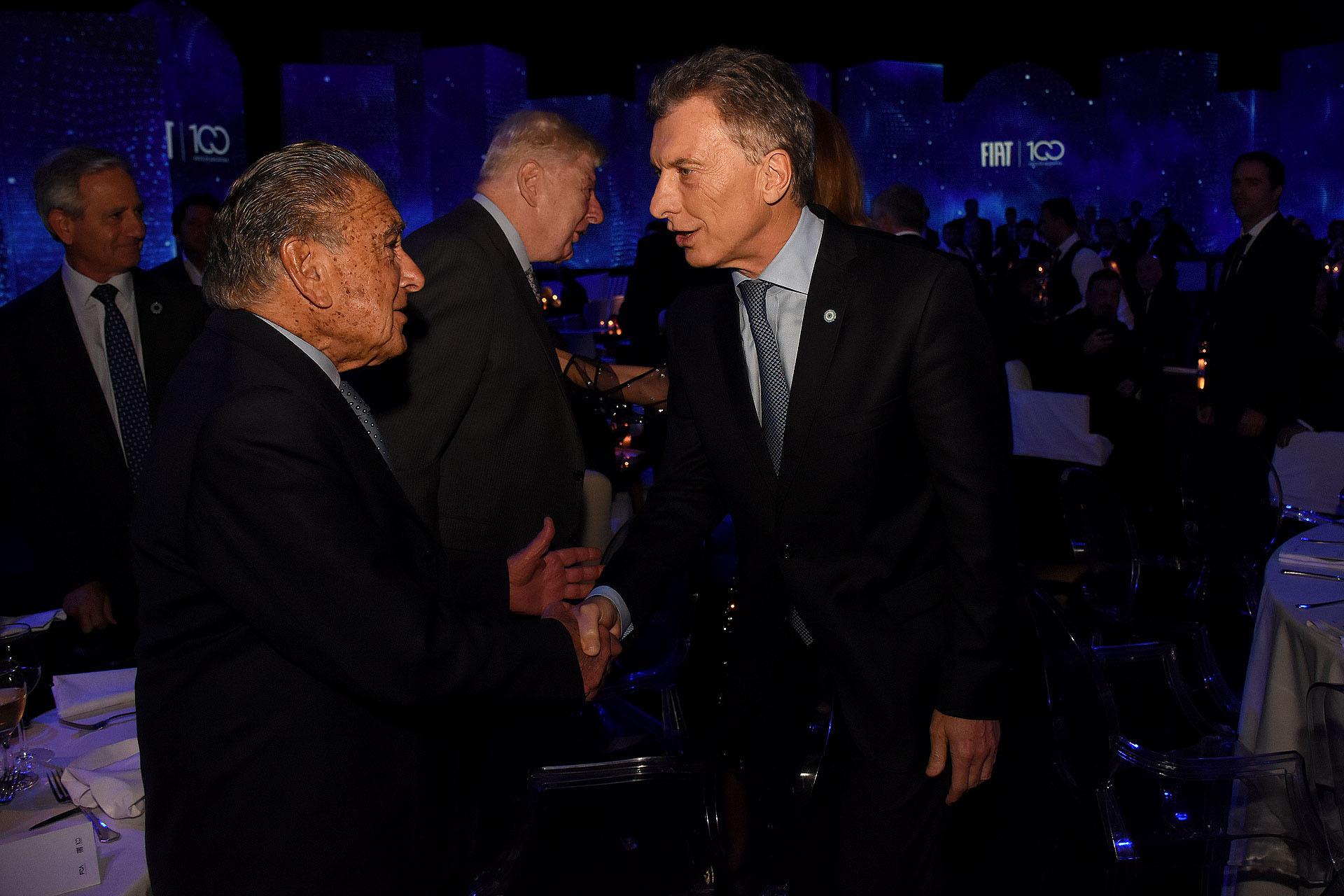 El saludo entre el empresario Eduardo Eurnekian y el presidente Mauricio Macri