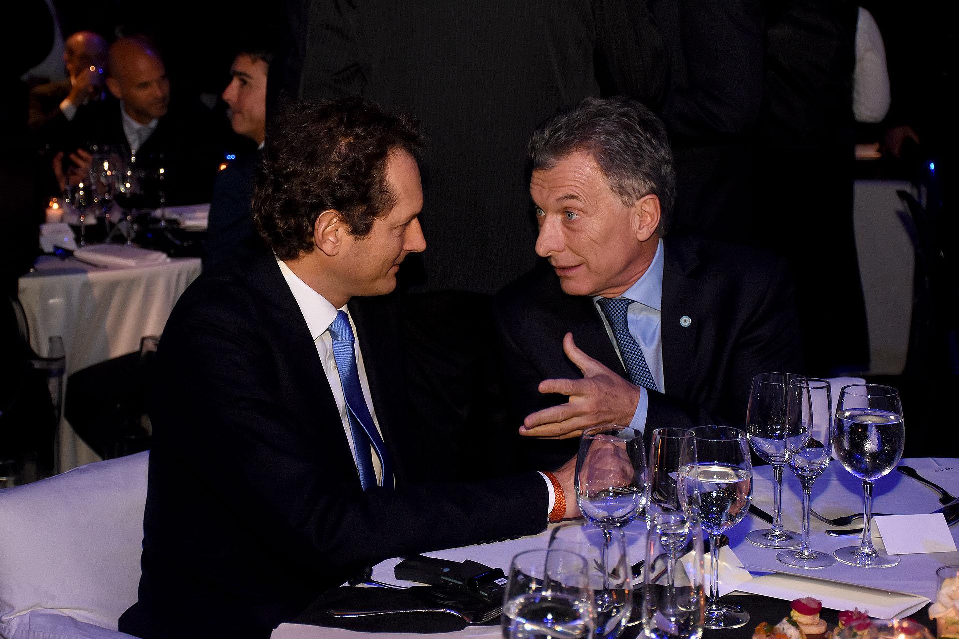 """John Elkann (foto) reafirmó el compromiso de FCA para """"continuar escribiendo la historia futura junto a la Argentina"""". """"Gracias a su gente y su potencial, este país tiene todas las cartas para superar los problemas de la situación actual. El vínculo que sentimos con la Argentina es, sin duda, especial. Vivimos juntos retos y éxitos; períodos florecientes, difíciles y de cambios. El legado que presenciamos hoy no se trata solo de inversiones, capacitación de nuestros colaboradores o de la contribución que hemos hecho al desarrollo industrial y tecnológico del país. También es, sobre todo, una historia humana, de decenas de miles de argentinos, muchos de ellos descendientes de italianos, que compartieron sueños y desafíos, y es gracias a ellos que se construyó la gran familia de Fiat en la Argentina"""", expresó"""