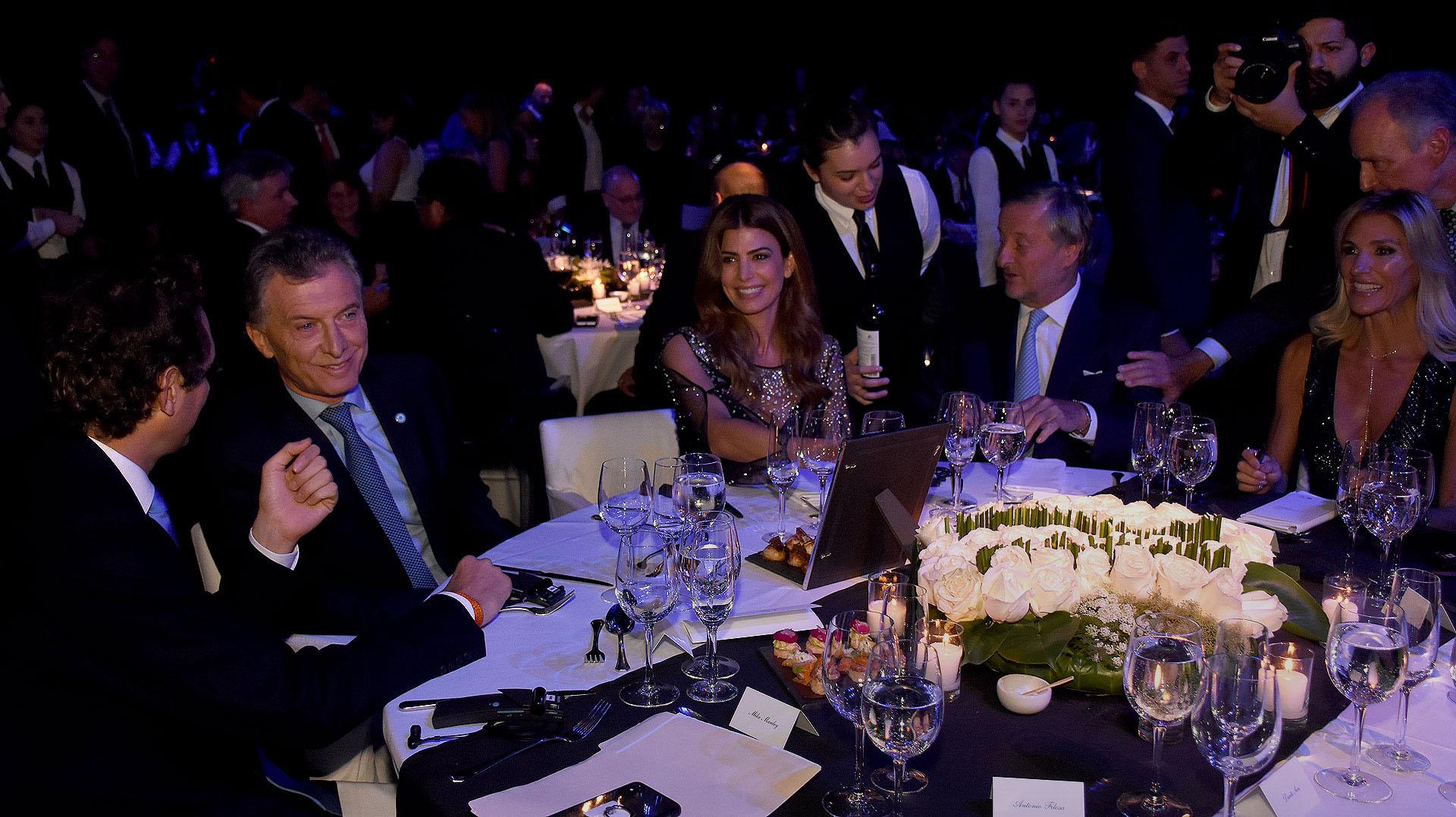 Mauricio Macri, Juliana Awada, Cristiano Rattazzi y Gabriela Castellani en la mesa principal