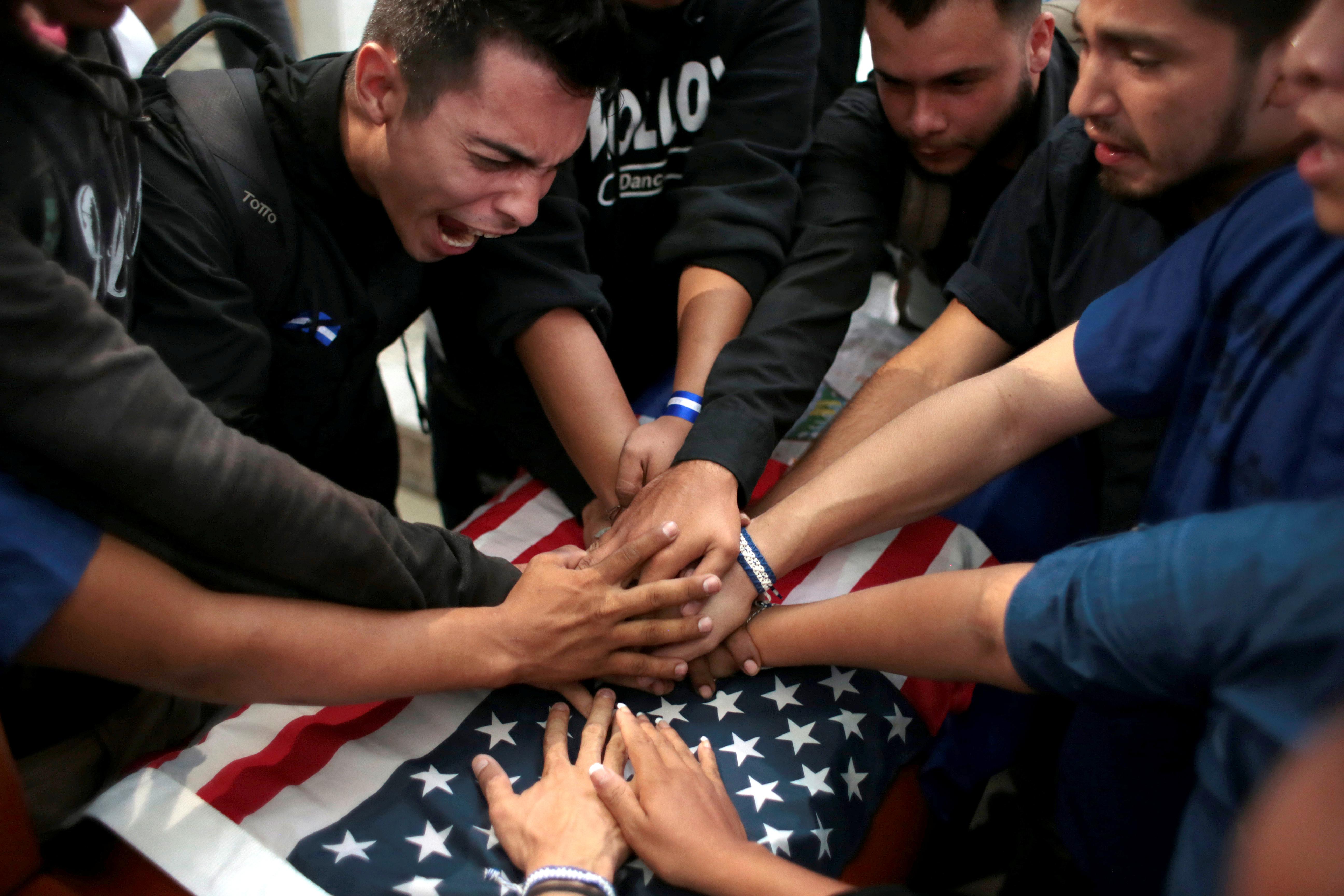 Manifestantes opositores tocan el ataúd de Eddy Montes durante el funeral en Matagalpa (REUTERS/Oswaldo Rivas)