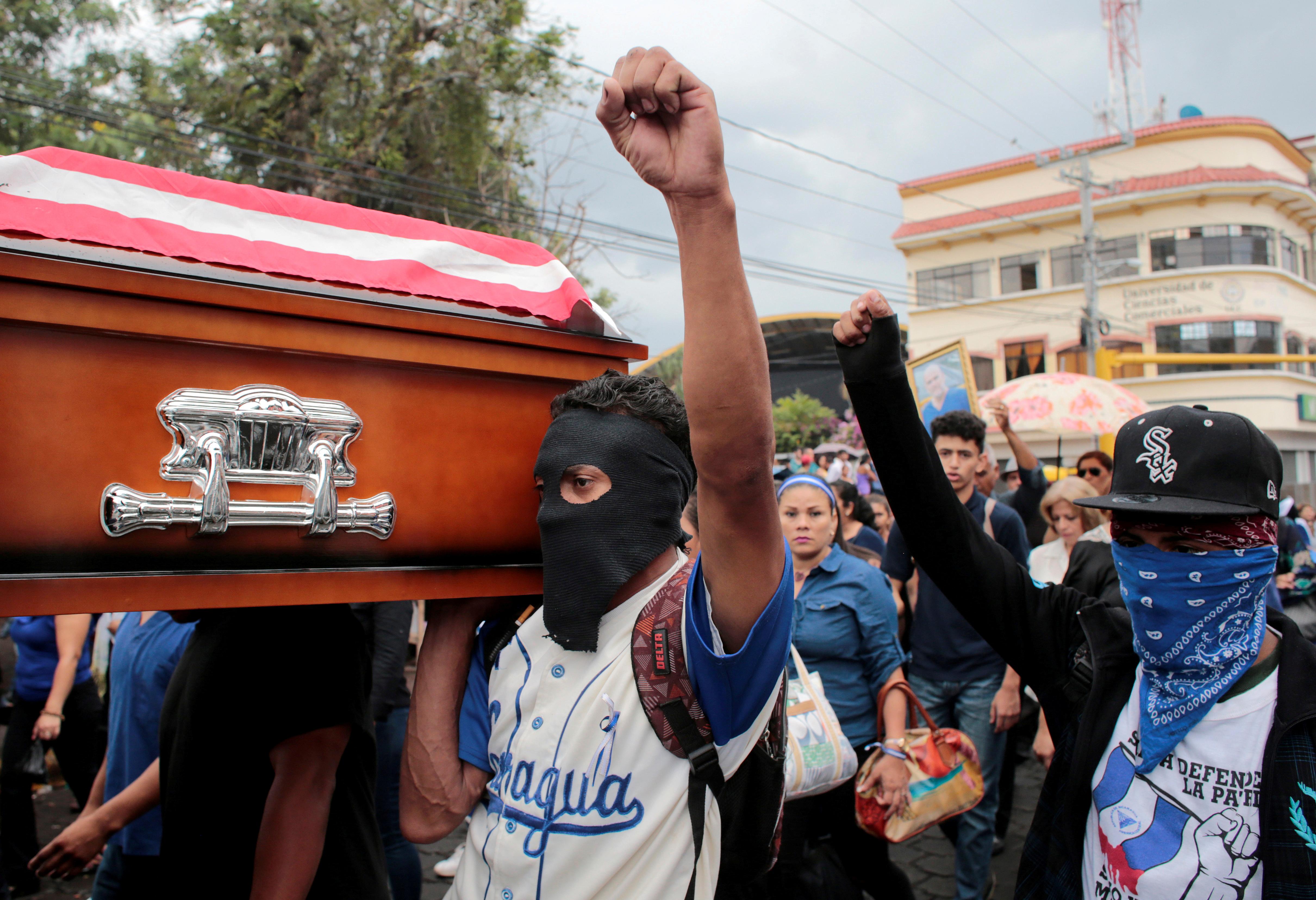 Manifestantes opositores al régimen de Ortega durante el funeral de Eddy Montes, el preso político que murió de un disparo en la cárcel (REUTERS/Oswaldo Rivas)