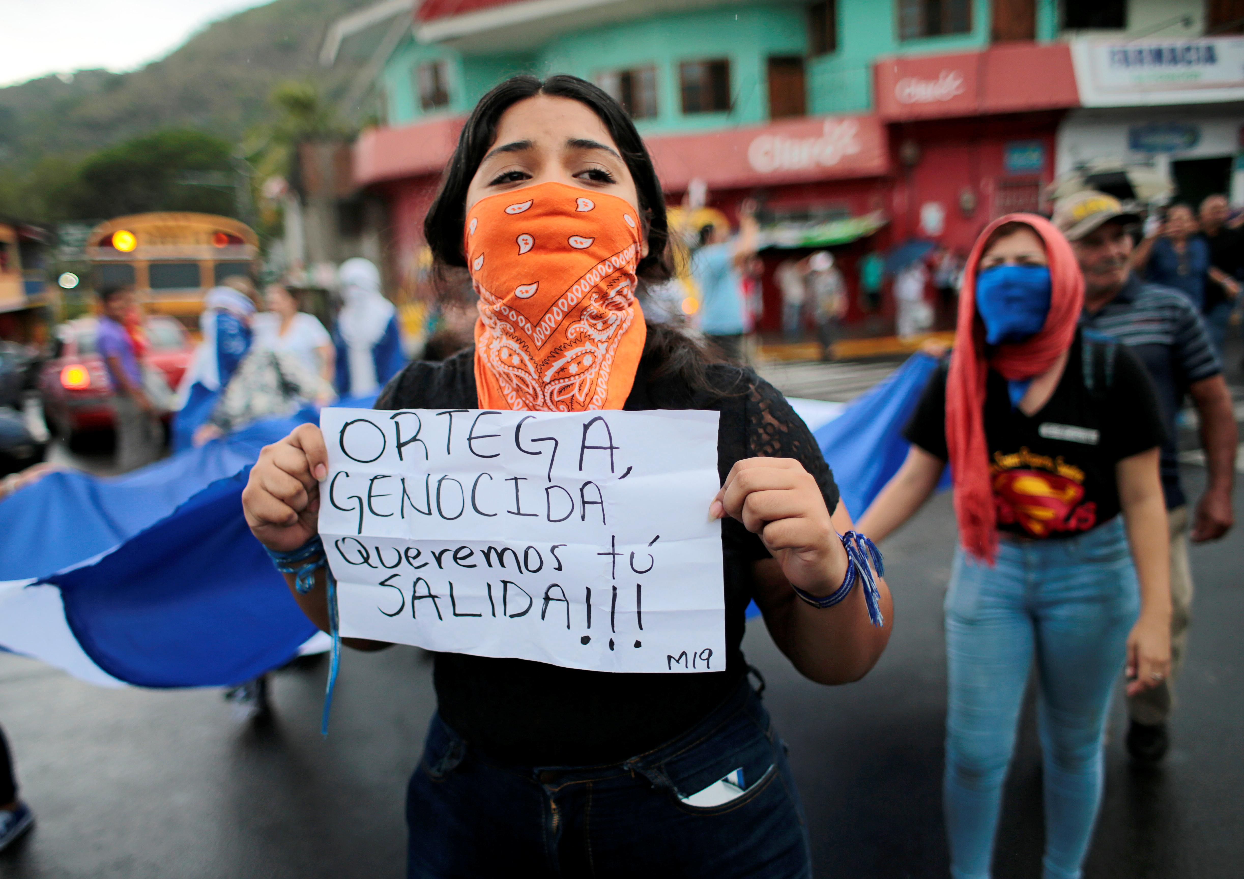 Una manifestante con un mensaje contra Ortega durante el funeral de Eddy Montes (REUTERS/Oswaldo Rivas)