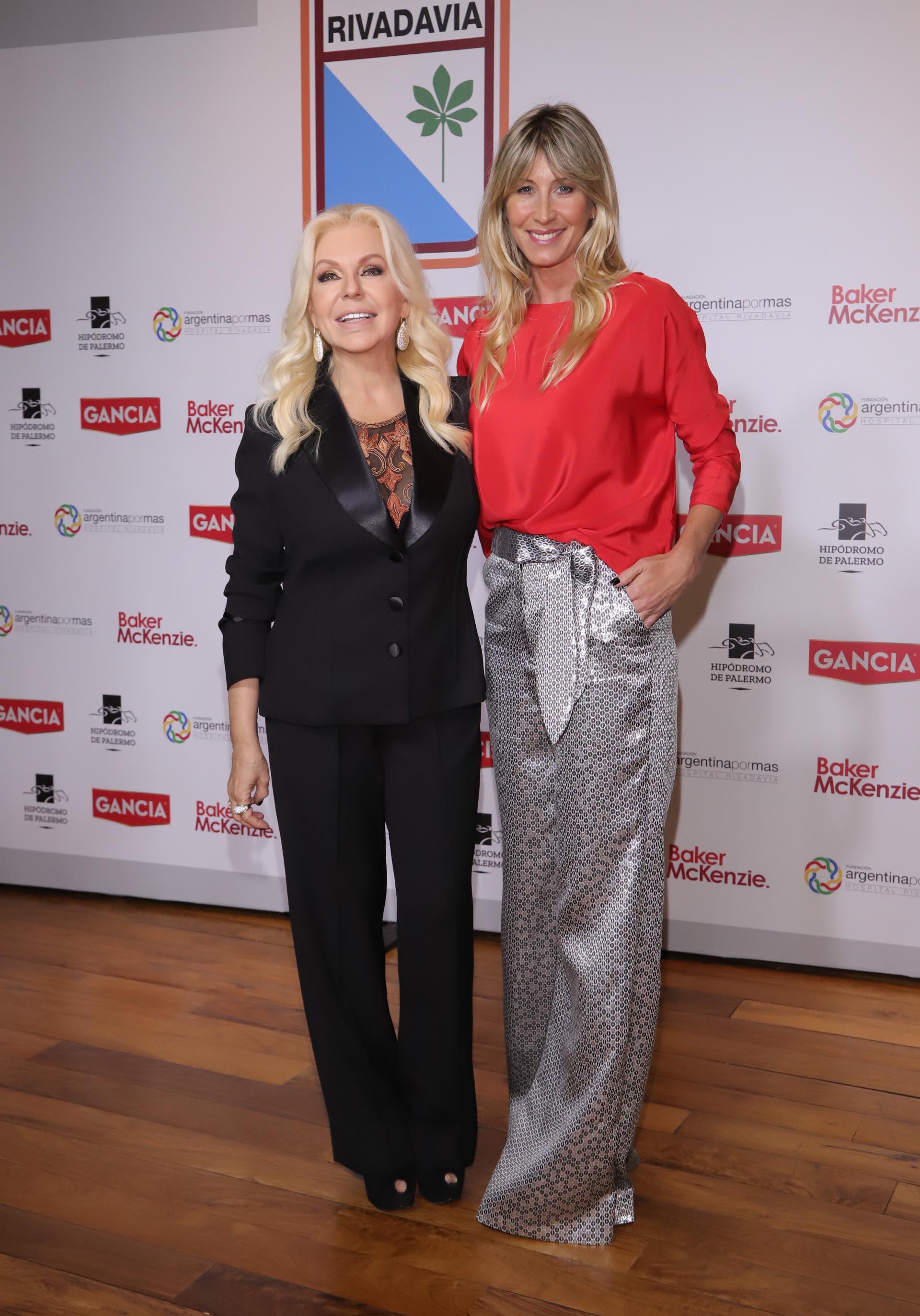 La presidente de la Fundación Argentina Por Más, Diana Chugri, junto a una de las invitadas al té – desfile, Soledad Solaro