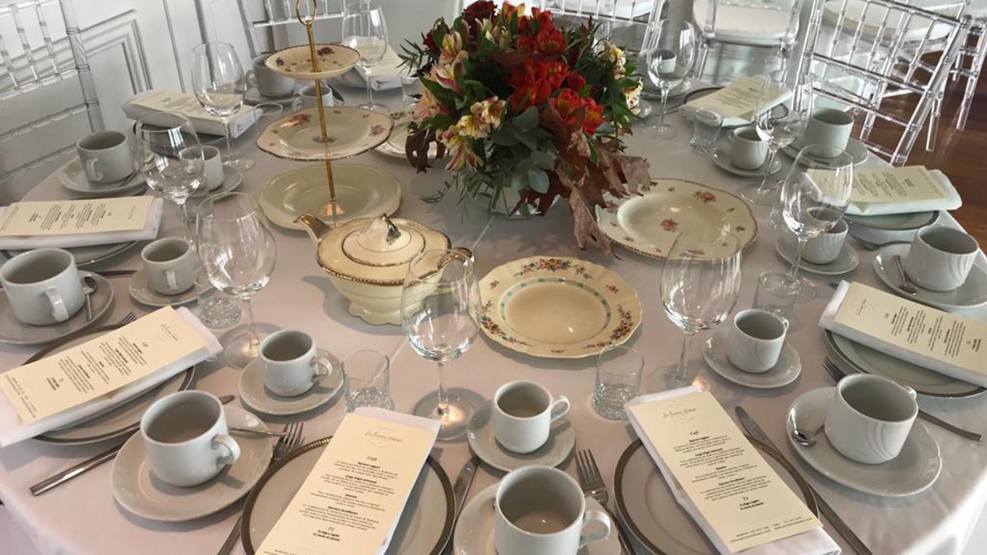 La decoración de las mesas dispuestas para el té