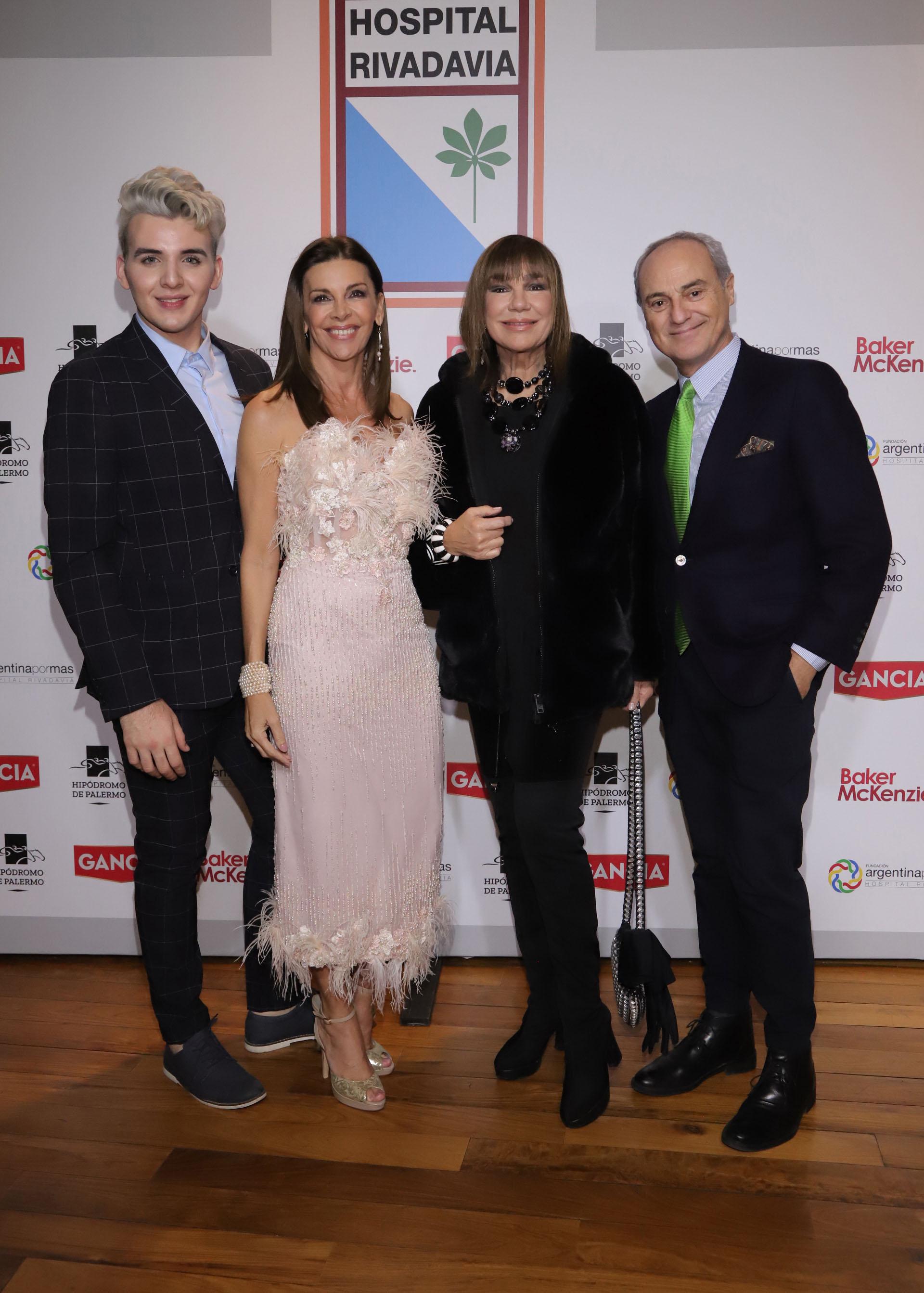 El diseñador Jorge Rey, Fabiana Araujo, Mora Furtado y Alejandro Raineri