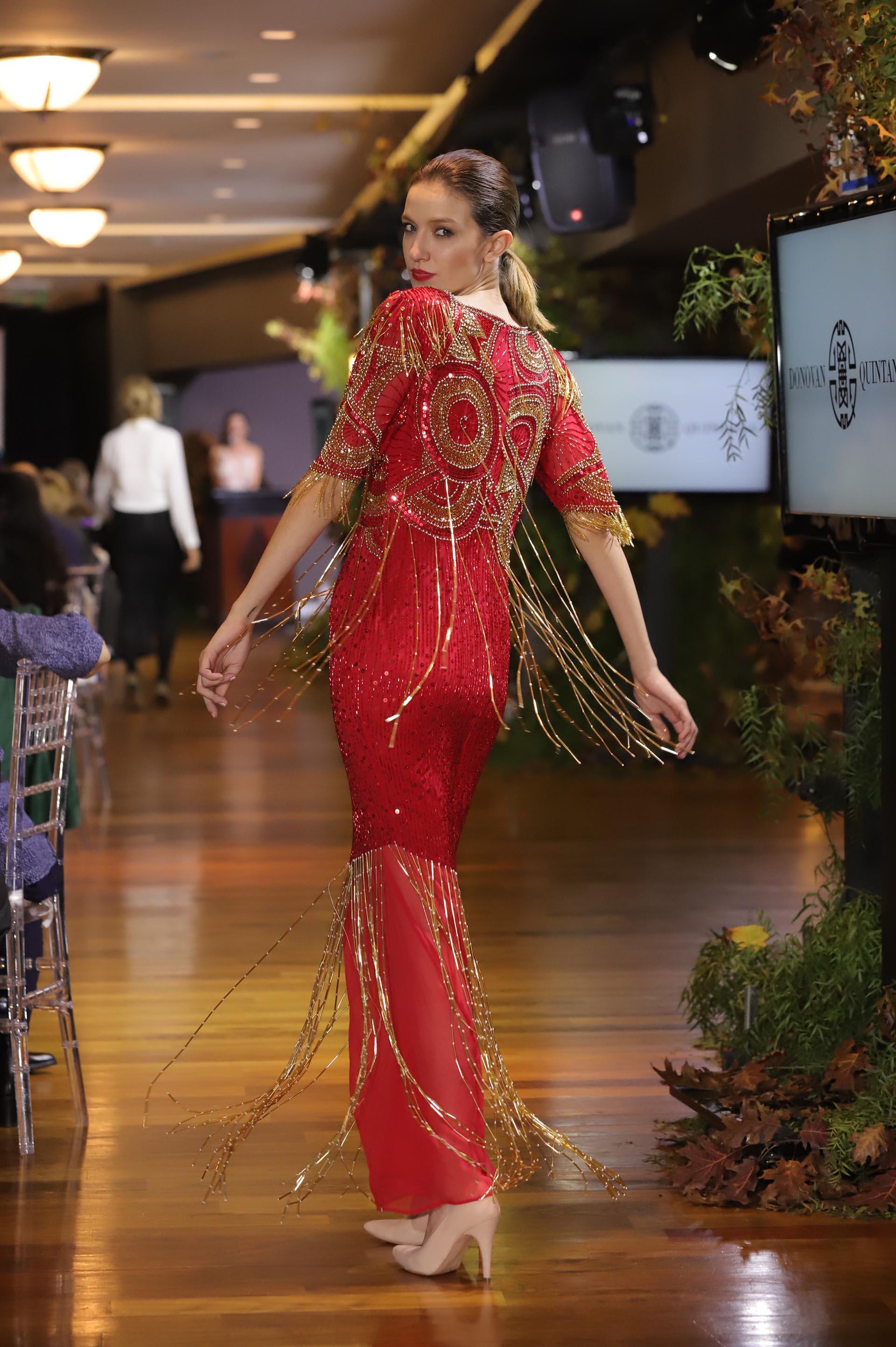 Las modelos desfilaron mientras los invitados tomaban el té en el Hipódromo de Palermo