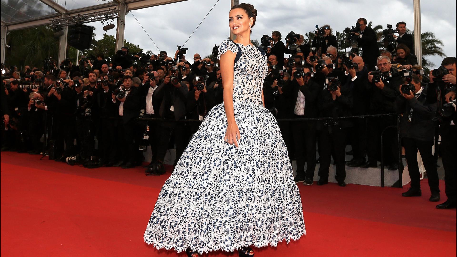 Penélope Cruz le rindió nuevamente homenaje a Karl Largelfed llevando sobre la red carpet uno de sus últimos diseños de alta costura.