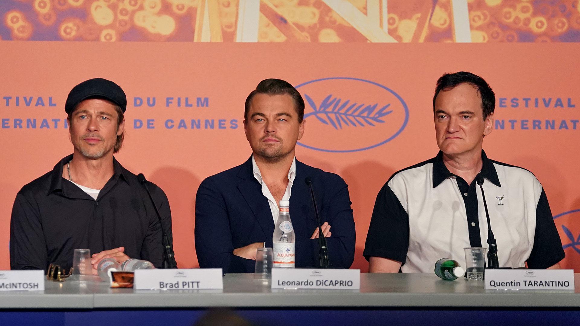 """Brad Pitt, Leonardo DiCaprio y Quentin Taratino en la presentación de """"Once Upon a Time in Hollywood""""en Cannes, película que compite por la Palma de Oro, premio que se dará a conocer el sábado (AFP)"""