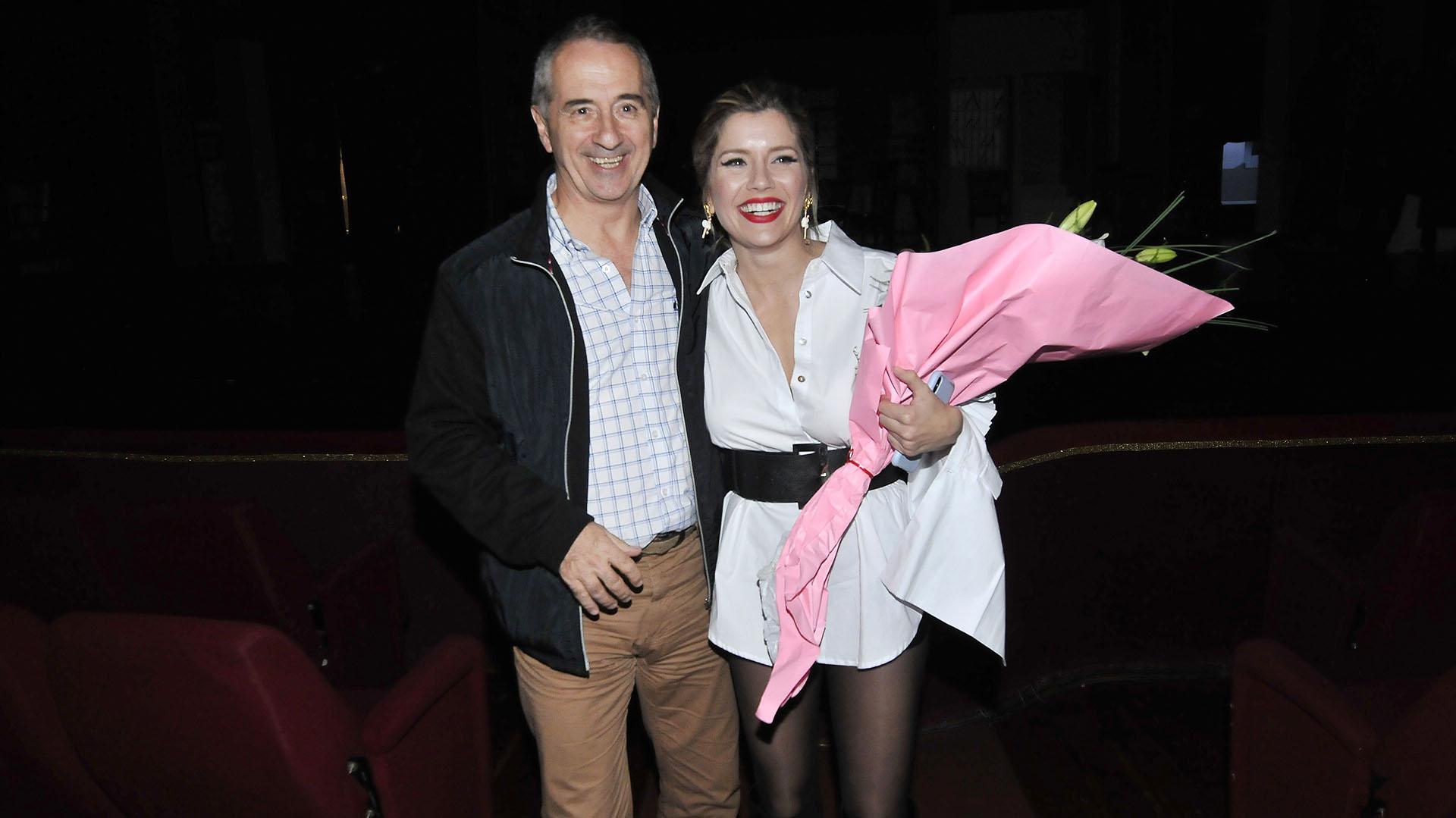 Laurita, abrazada con su papá Carlos Fernández