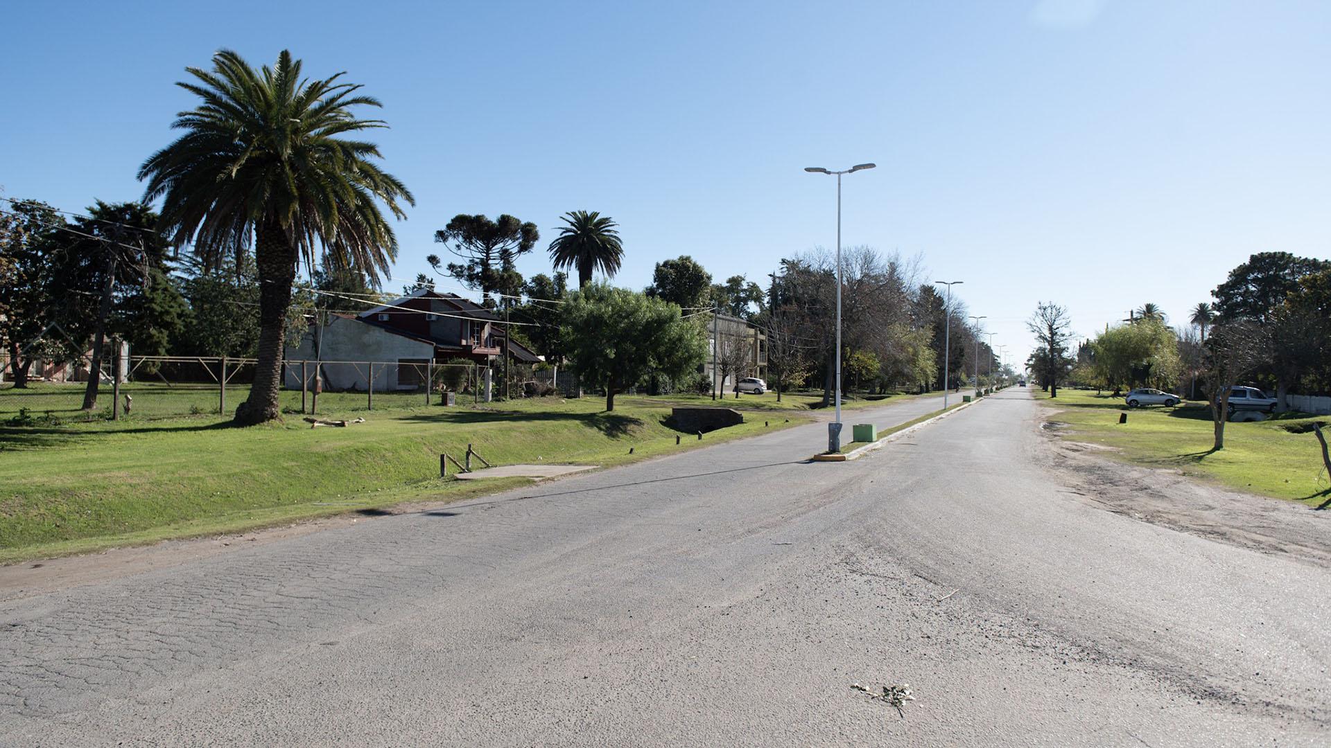 La ciudad está atravesada por la Ruta 3 y se une justamente cuadras después a la calle donde se ocasionó el choque del Fiat Spazio 147 con el acoplado del camión estacionada sobre el kilómetro 111 de la colectora 9 de Julio, esquina Pedro Nolasco López