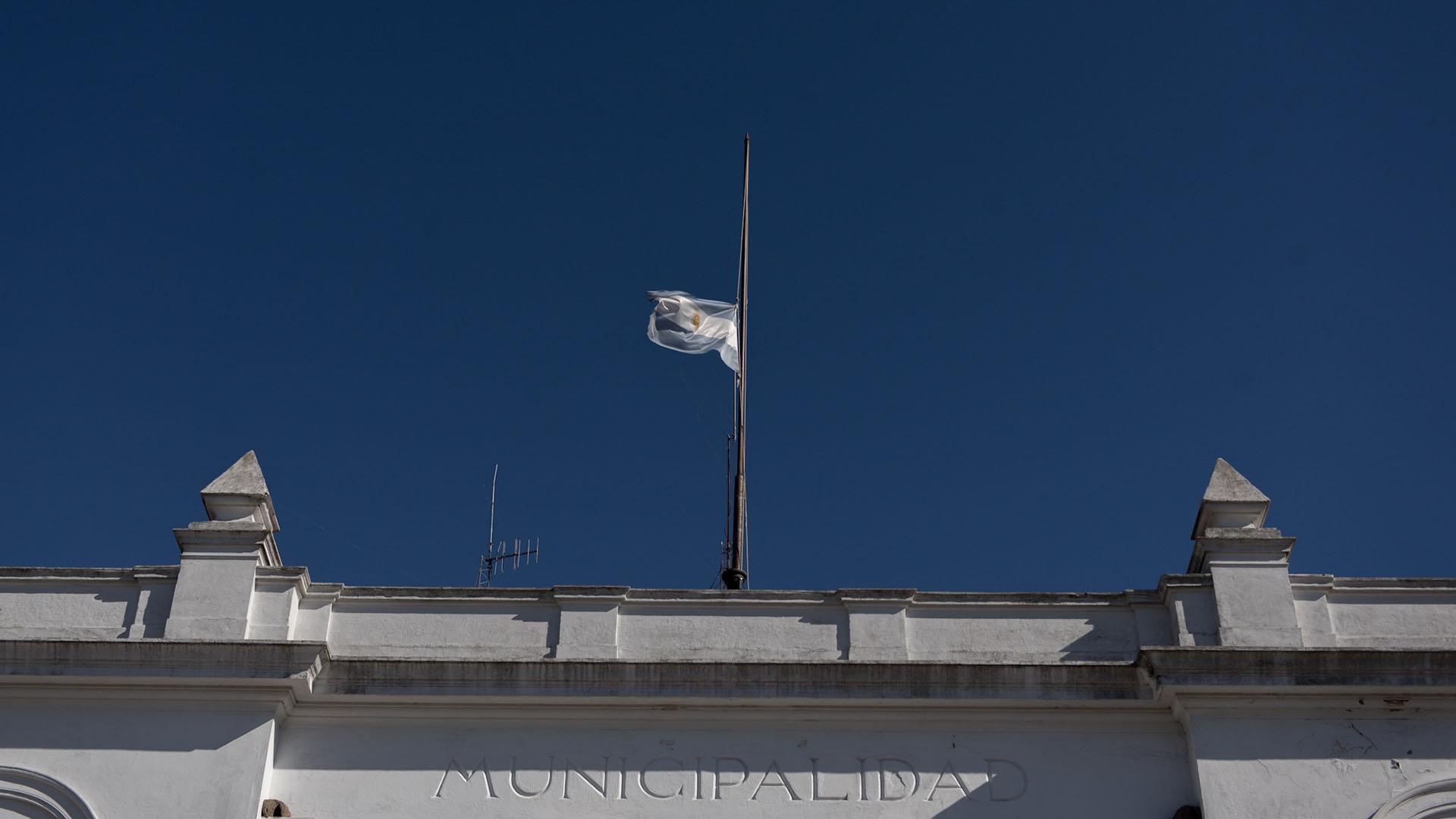Sandra Mayol, la intendenta de San Miguel del Monte, decretó tres días de duelo. La bandera de la Municipalidad y de la comisaria se elevaron hasta media asta en símbolo del dolor por la pérdida de cuatro habitantes de la ciudad