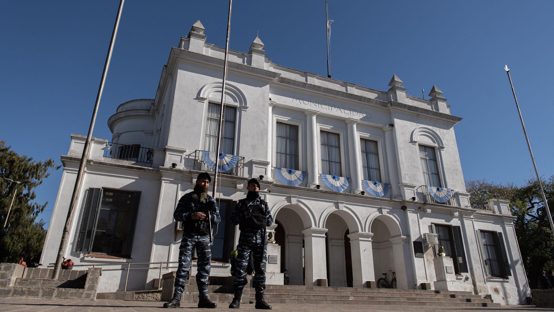 La Municipalidad de San Miguel del Monte se encuentra frente a la plaza principal. La calle de acceso, la vía profesora Laura Giagnacovo, está cerrada al tránsito desde el miércoles y custodiada por un nutrido cordón policial