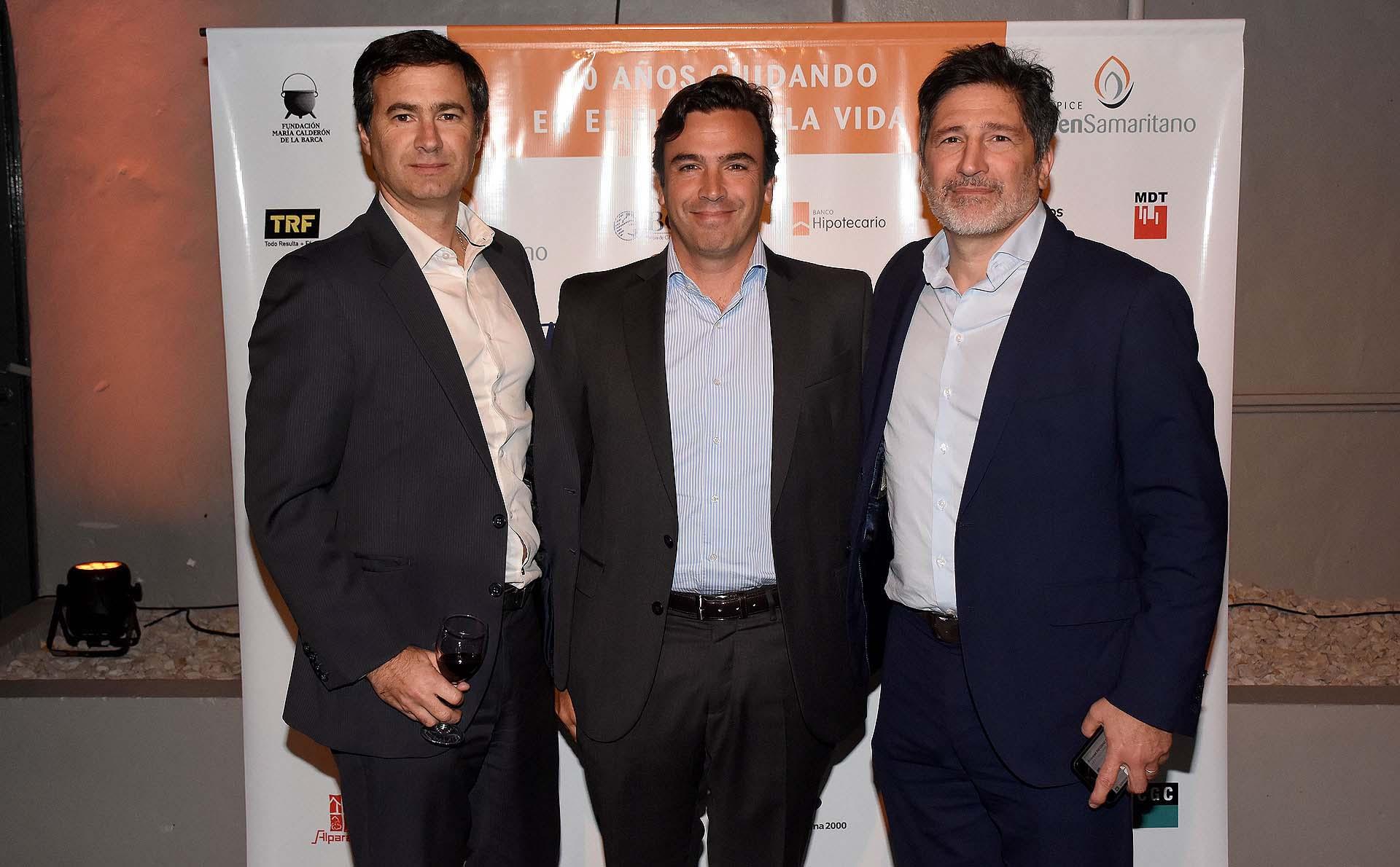Diego Jordan, CEO de Bacs, Banco de Inversión, y director comercial del Banco Hipotecario, Manuel Puelles y Adrián Meszaros