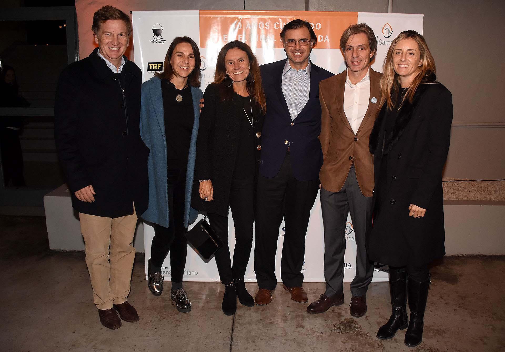 Carlos Galmarini, Diego Botana y Juan Manuel Llapur acompañados por sus mujeres