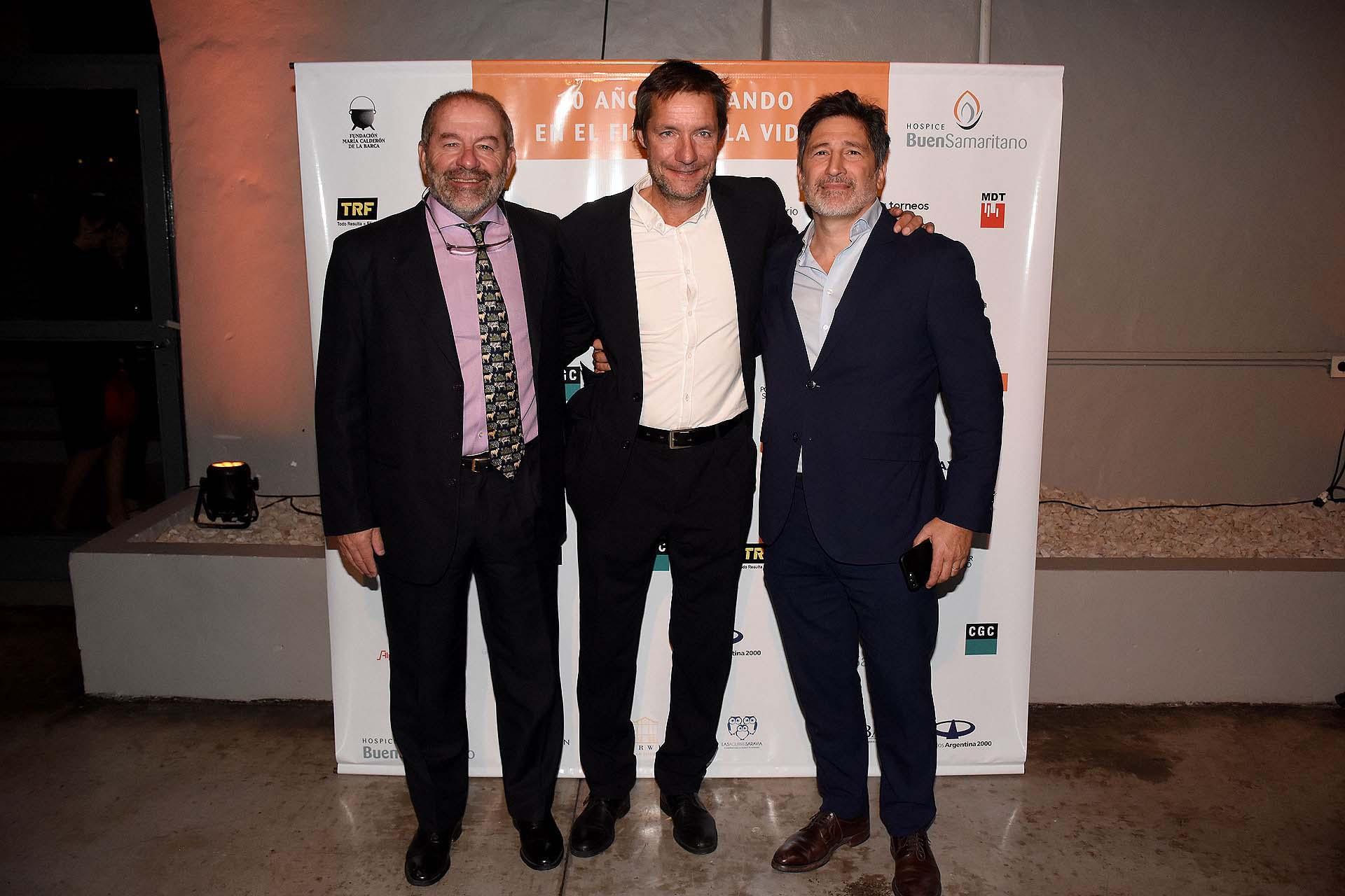 Leo Fernández Ursini, Segundo González Chavez, presidente del Club de Rugby Asociación Alumni, y Adrián Meszaros