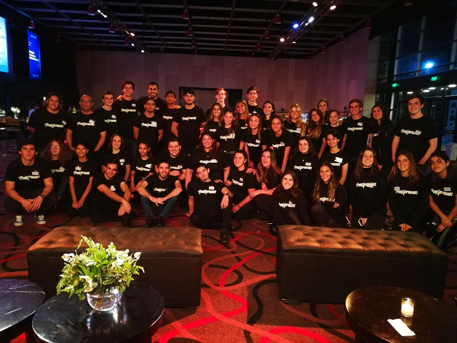 42 alumnos becados de la Universidad Austral participaron como voluntarios en la segunda Cena Austral /// Fotos: Gentileza Universidad Austral