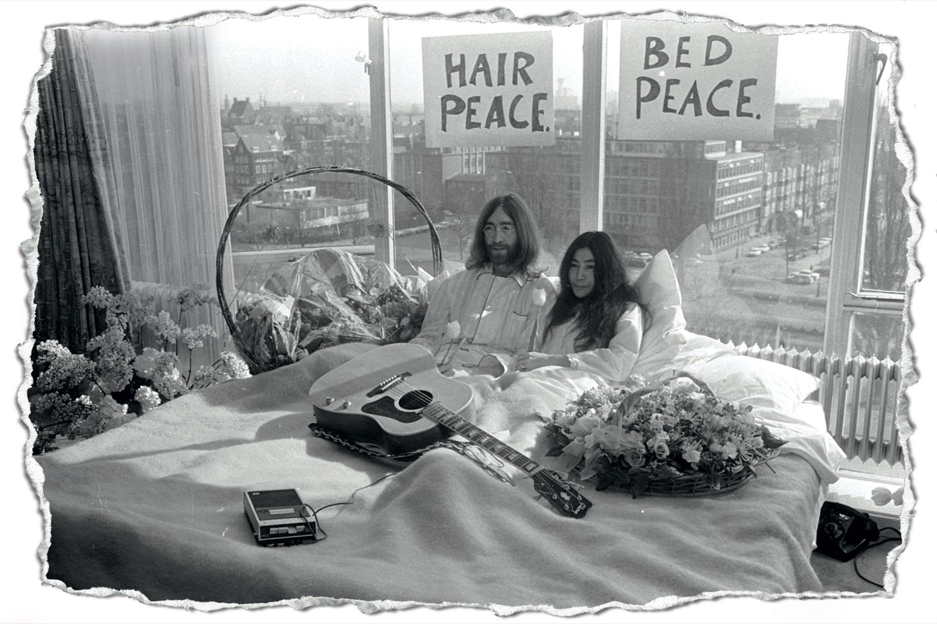 """El 20 de marzo del '69, John Lennon y Yoko Ono habían inaugurado la modalidad """"Acuéstate por la paz"""", en el Hotel Hilton de los Países Bajos, luego de que la pareja contrajera matrimonio en Gibraltar."""
