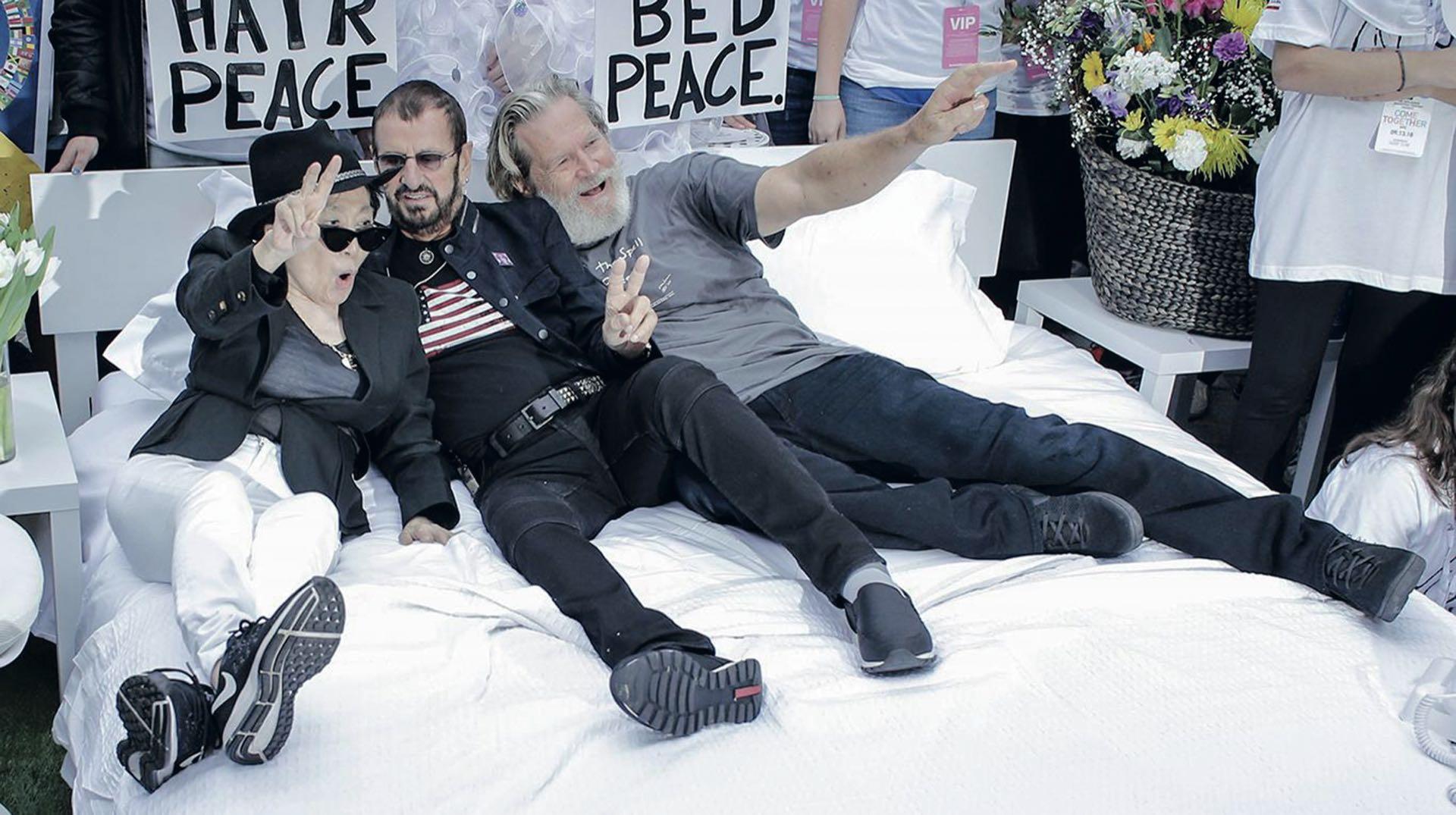 """En septiembre de 2018, antes de memorarse las cinco décadas de ambas """"Acuéstate por la paz"""", la viuda –que el 18 de febrero cumplió 86– decidió recrearlas sobre la calle de Nueva York, en el marco del viaje de un autobús educativo que recorre el mundo impulsando las artes entre los jóvenes. La acompañaron Ringo Starr y el actor Jeff Bridges."""