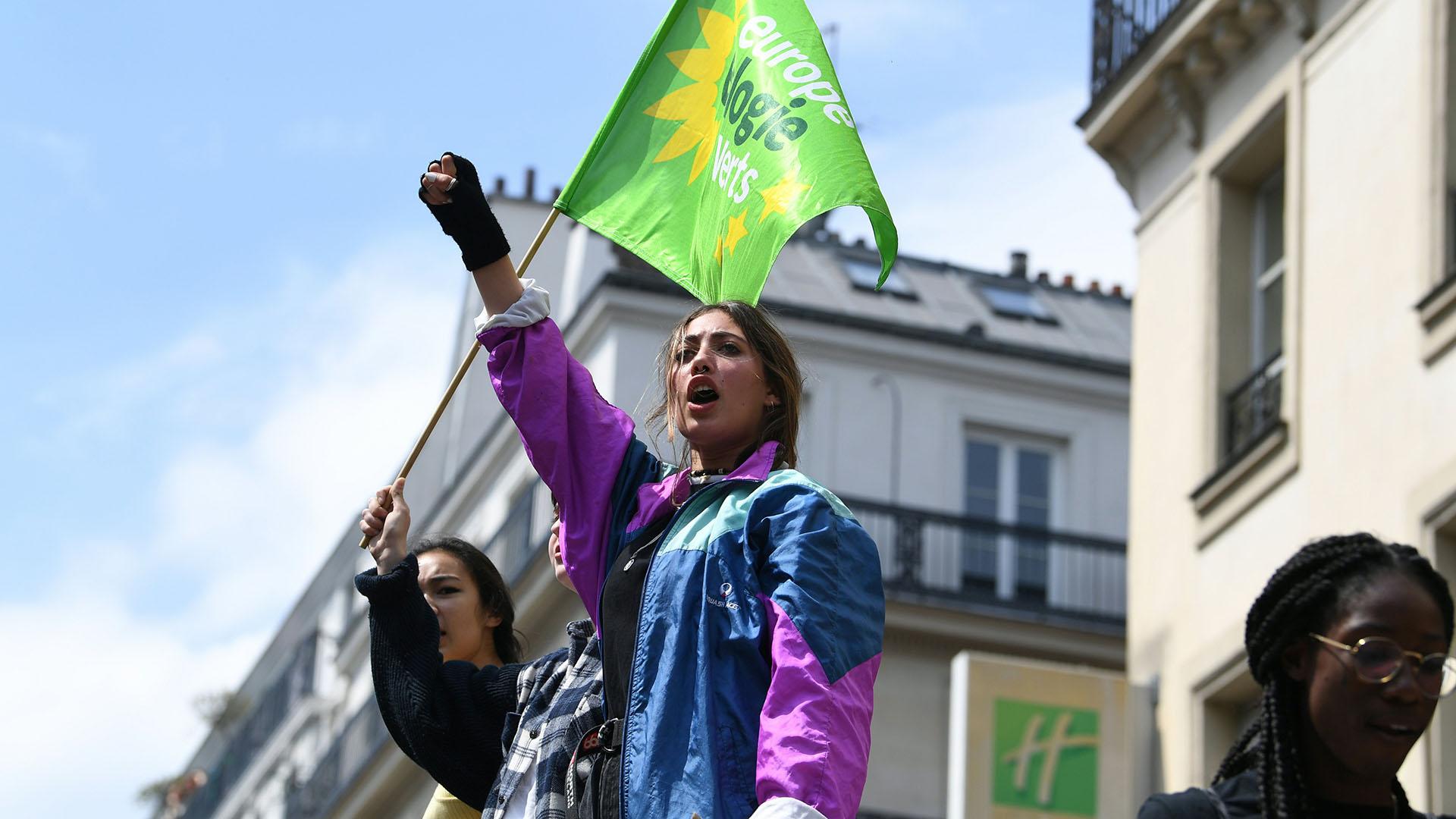 """Manifestantes participan en una protesta de los """"Viernes por el clima"""" el 24 de mayo de 2019 en París, en el marco de la campaña mundial de la juventud en vísperas de las elecciones de la UE. (AFP)"""