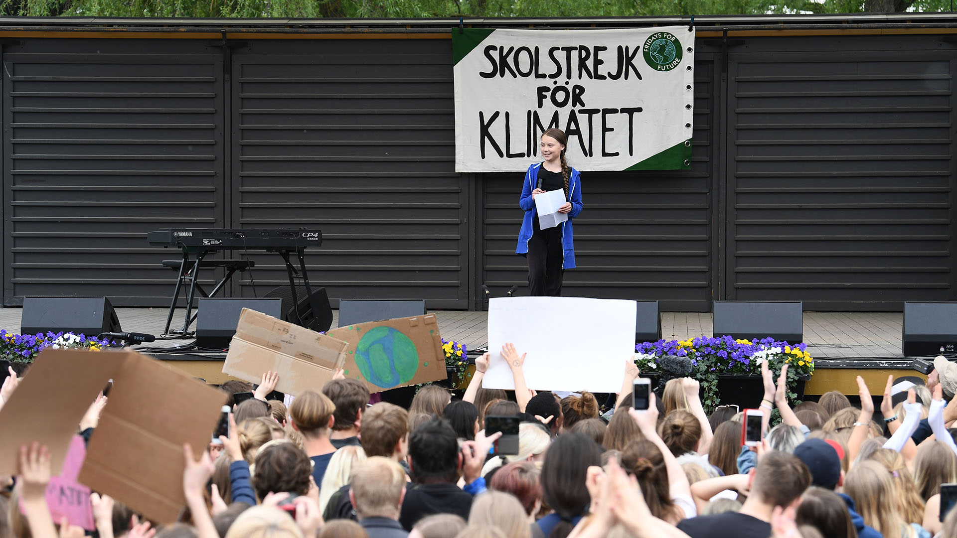 """Greta Thunberg, la activista sueca del clima de 16 años de edad, pronuncia un discurso durante el movimiento """"Huelga mundial por el futuro"""" en un día mundial de protestas estudiantiles con el objetivo de incitar a los líderes mundiales a actuar sobre el cambio climático el 24 de mayo de 2019 en Estocolmo, Suecia. (AFP)"""