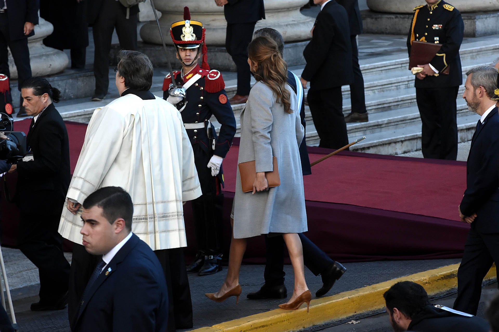 La primera dama lució un vestidoa la rodilla y un tapado gris