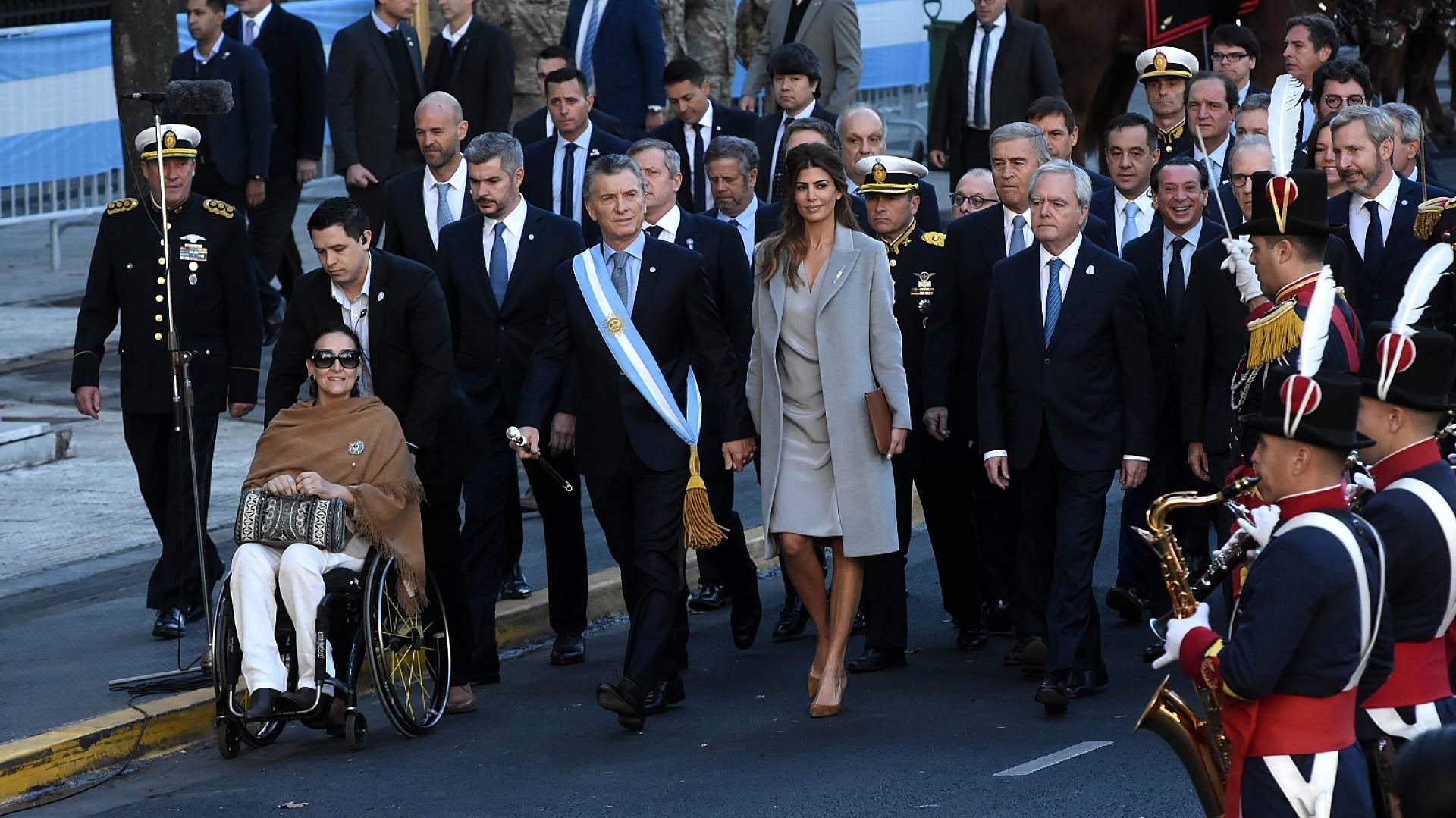 El Presidente, acompañado por la vicepresidenta Gabriela Michetti, el Jefe de Gabinete, Marcos Peña, y sus ministros