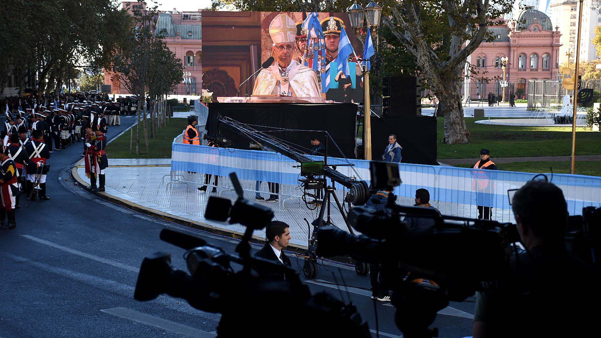 La misa de Cardenal Poli fue transmitida en una pantalla gigante apostada en la Plaza de Mayo