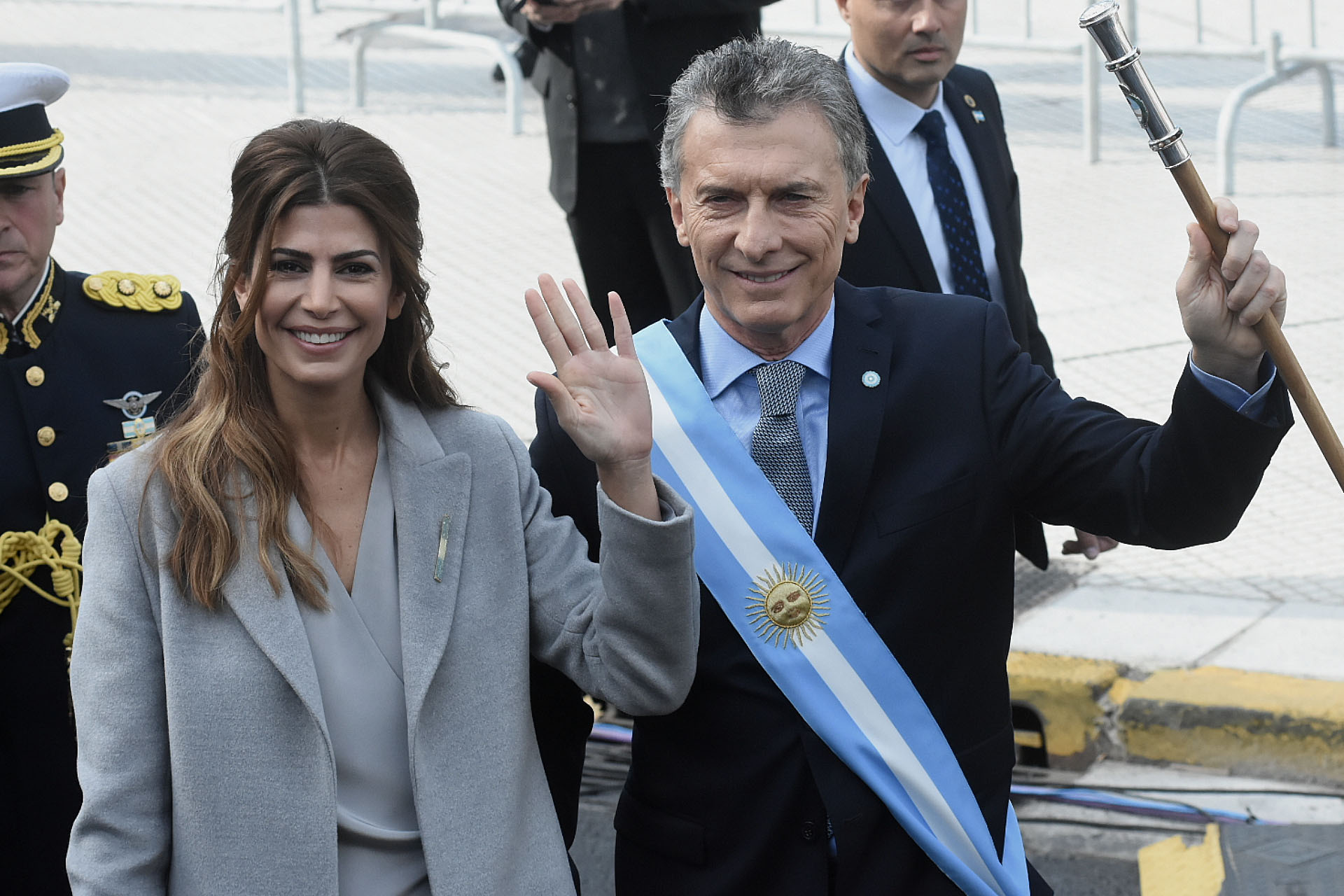 Awada y Macri saludaron sonrientes al público agolpado en la Plaza de Mayo