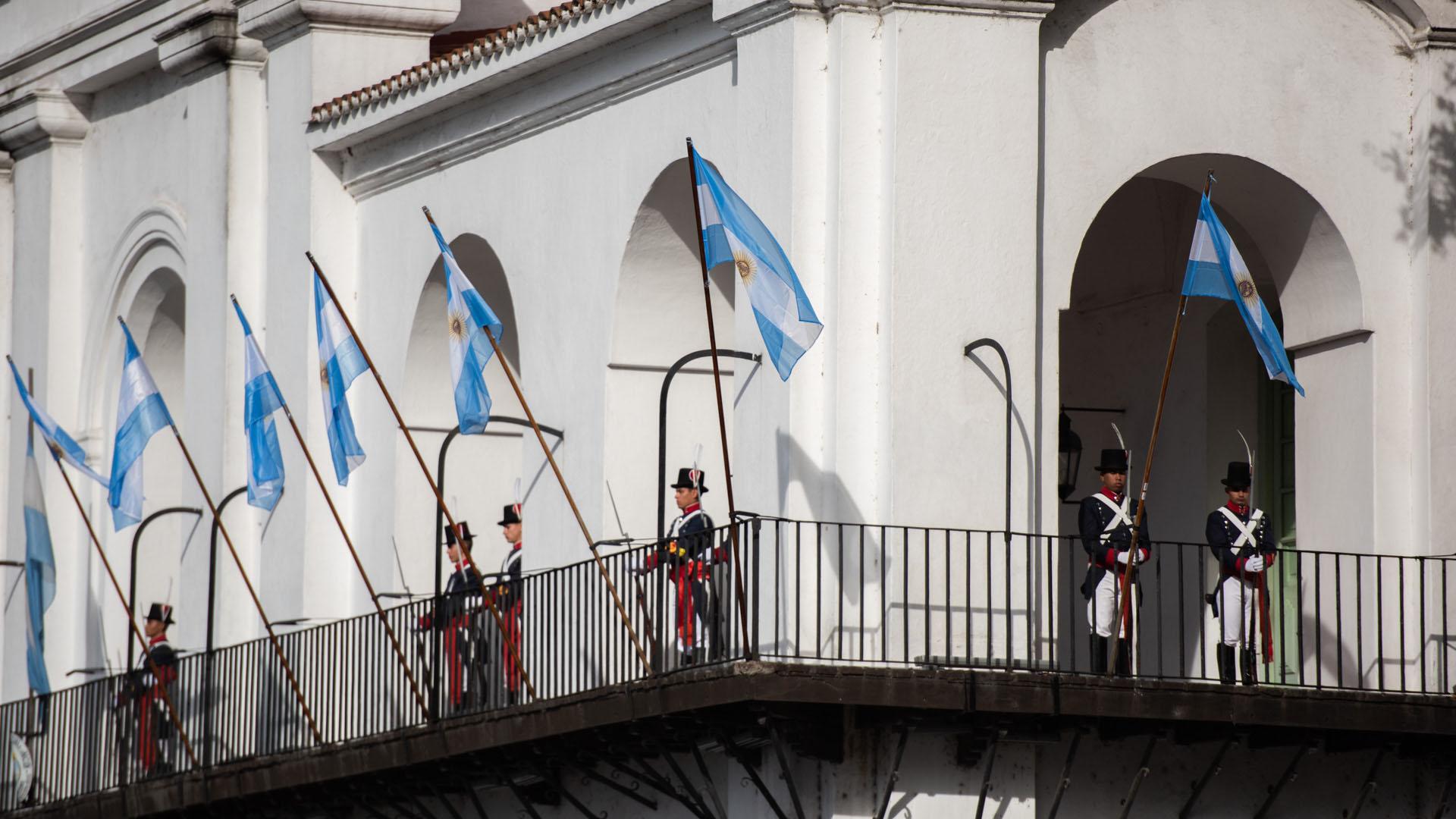 Los granaderos del Cabildo sostuvieron en alto la bandera argentina