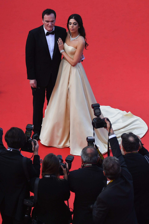 El director Quentin Tarantino y su esposa Daniella Pick. Ella lució un vestido princesa en satén dorado strapless con bolsillos con un brazalete, anillo y gargantilla de brillantes y Tarantino la acompañó con un black tie de moño