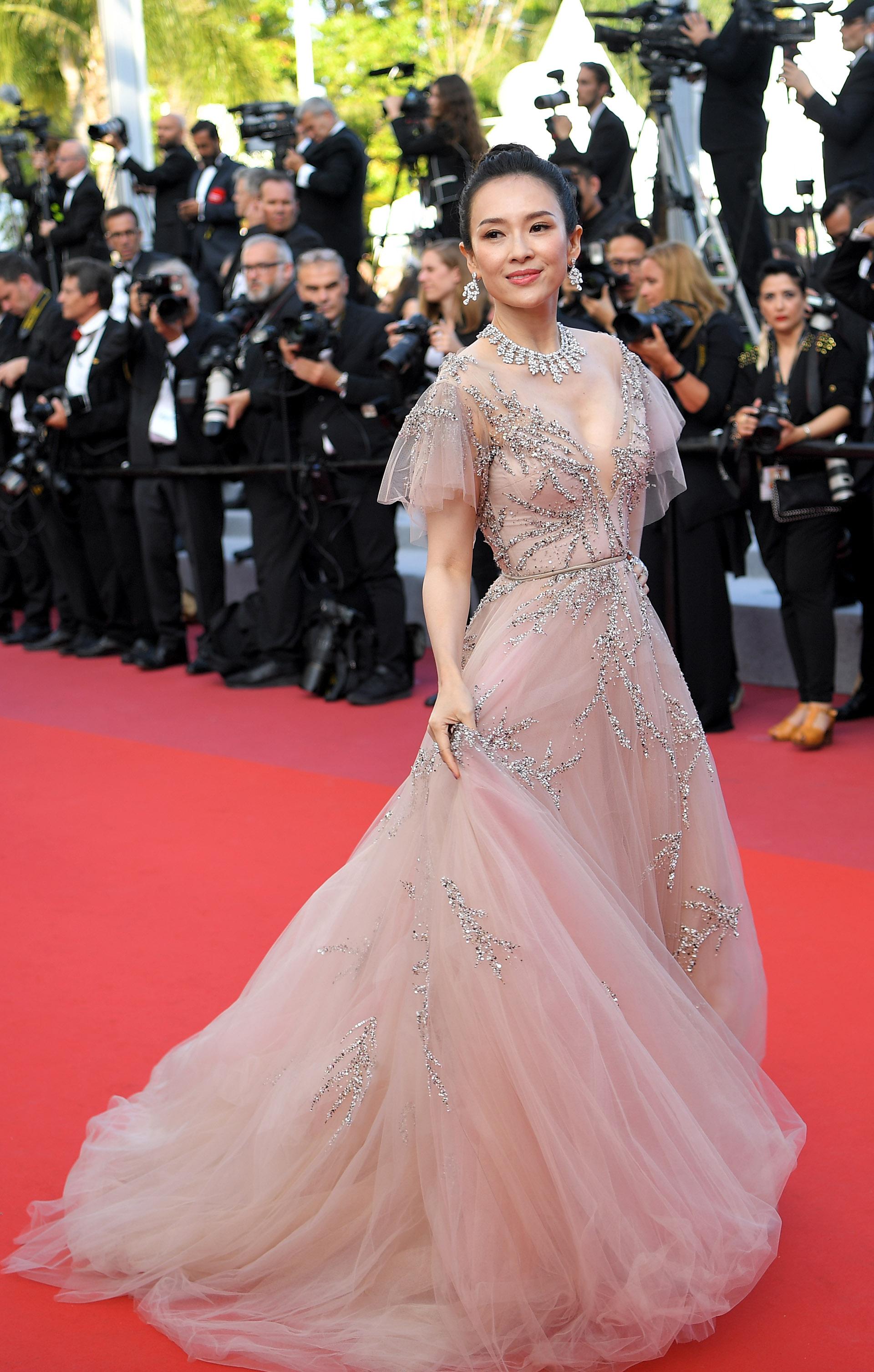 Zhang Ziyi, la actriz china eligió a la diseñadora Monique Lhuillier para Cannes. Un modelo en tul bordado con gran escote V con piedras y mangas japonesas. Completó el look con joyas de chopard. Gargantilla de brillantes y aros colgantes